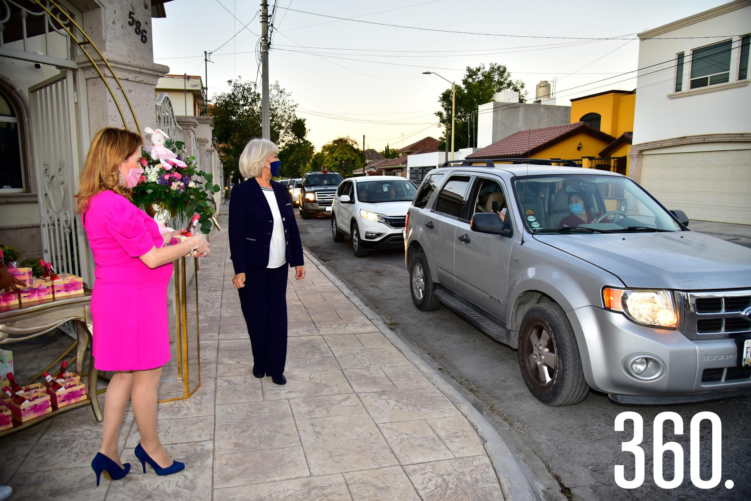 Perla y su mamá, Juanis de Almaguer, recibiendo a sus invitados y entregándoles un bonito presente.