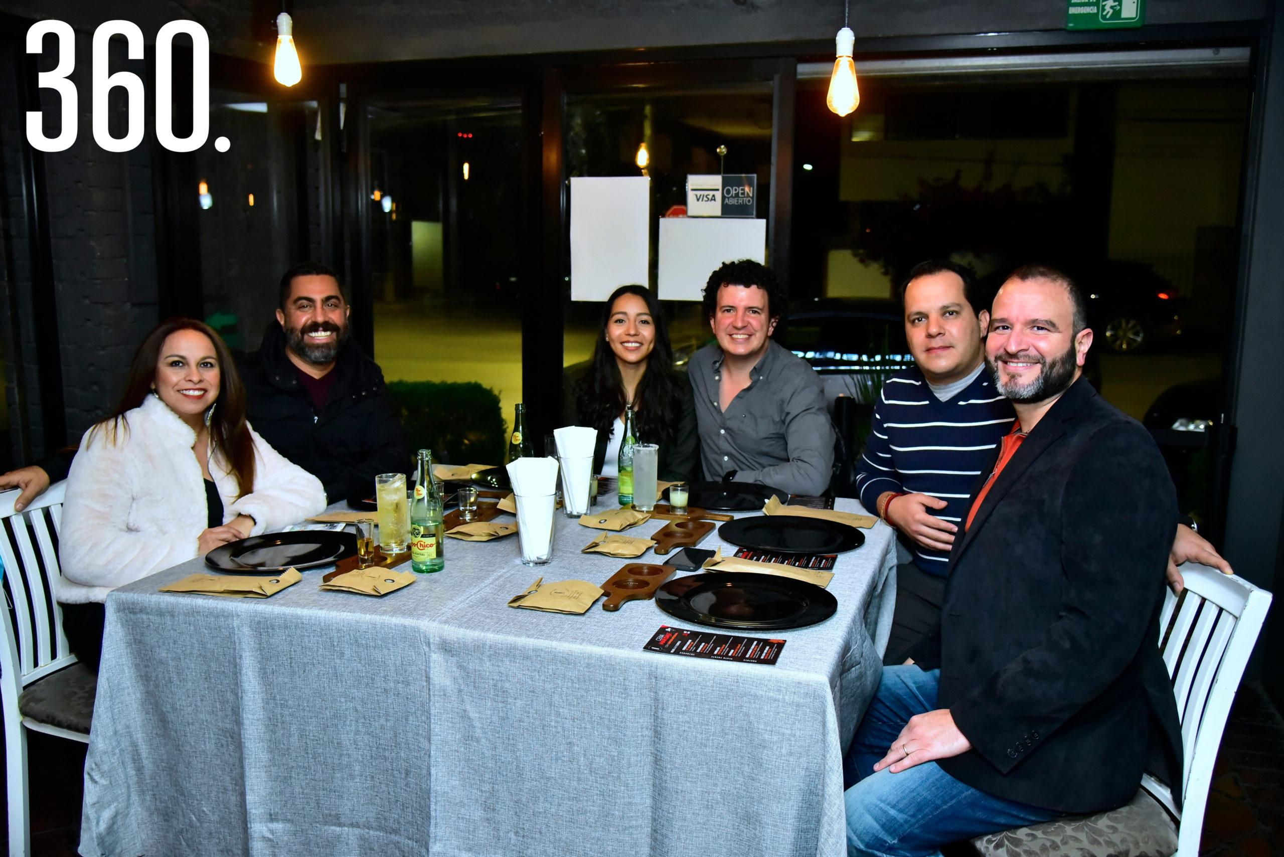 Grupo de amigos que se dieron cita para disfrutar la cena maridaje.