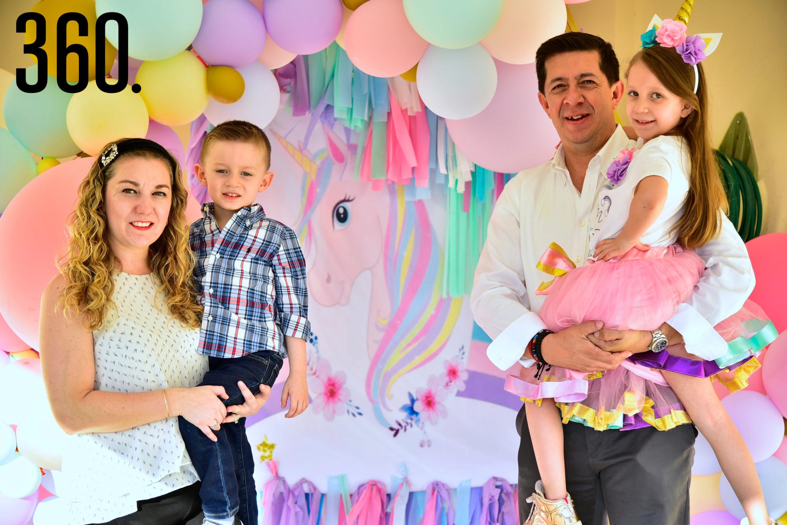 Isabella Reyes con sus papás, Alejandra Reyes y Héctor Reyes, además de su hermanito, Héctor Reyes.