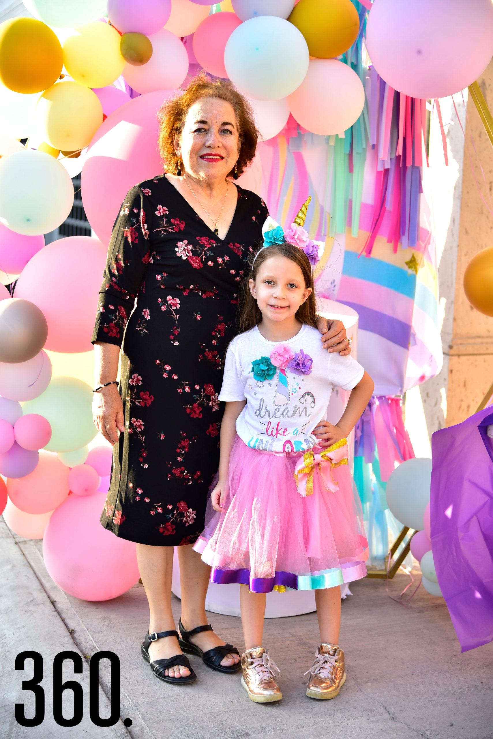 Isabella Reyes y su abuelita, Blanca del Bosque Sánchez.