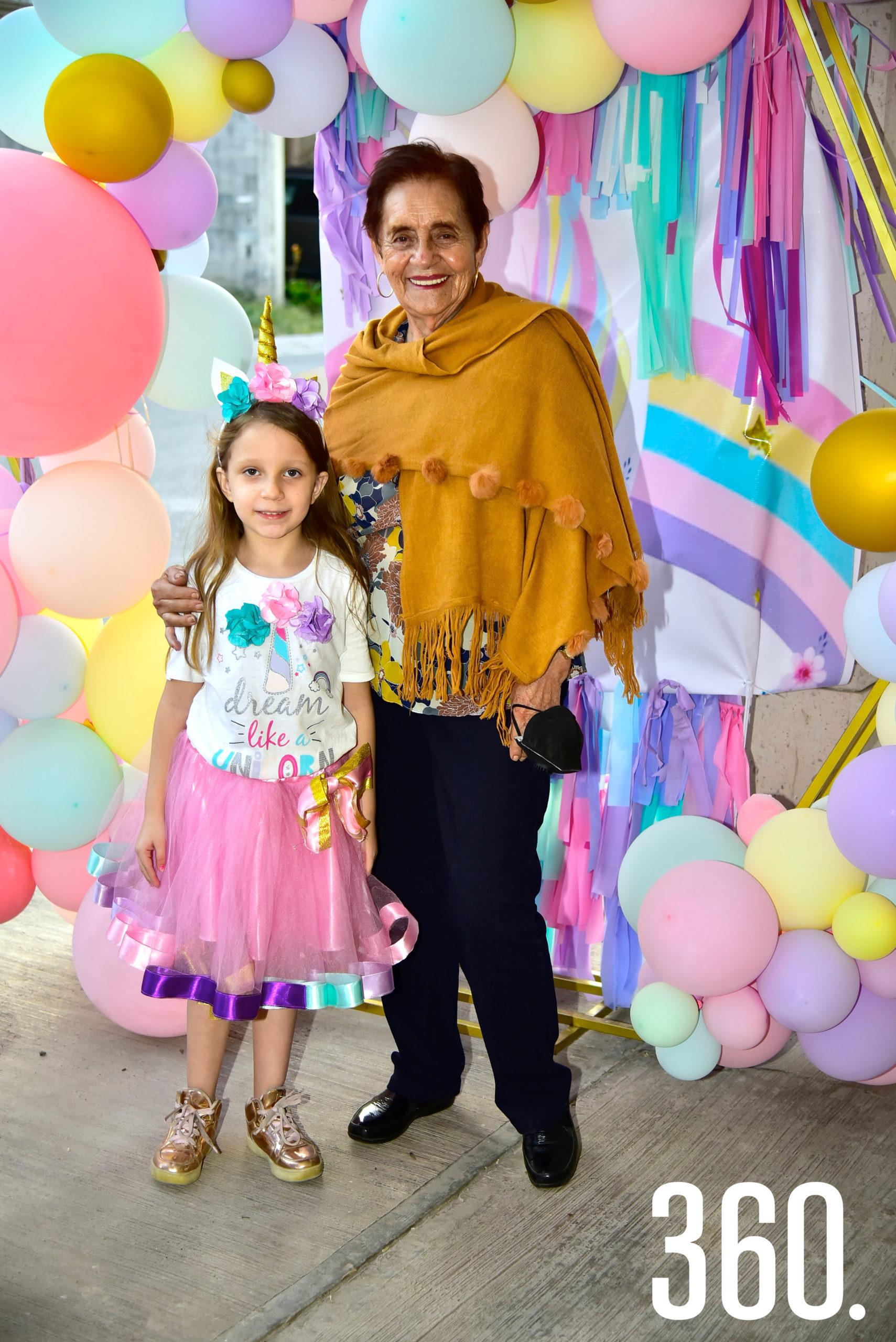 Isabella Reyes con su abuelita, Hortencia Soto.