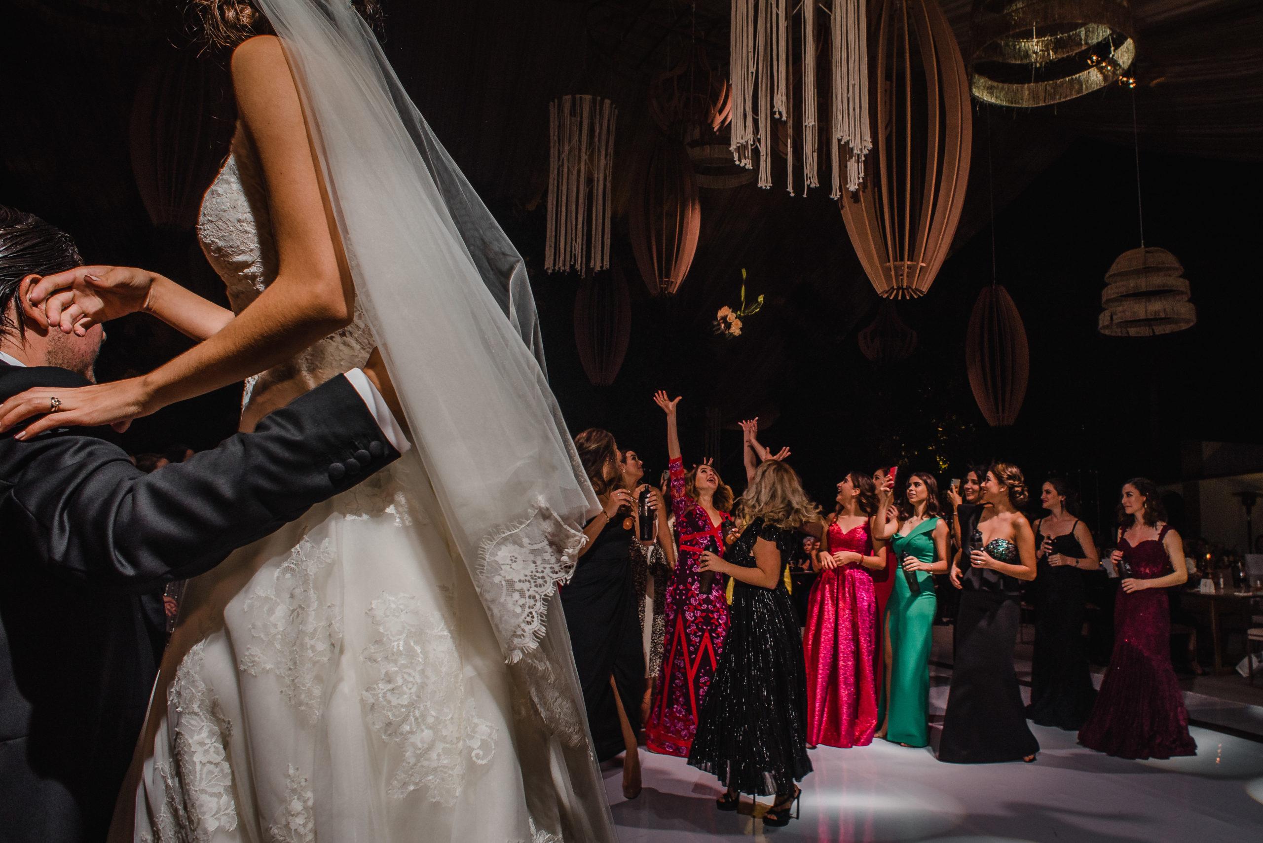 Las amigas de la novia listas para recibir el ramo.