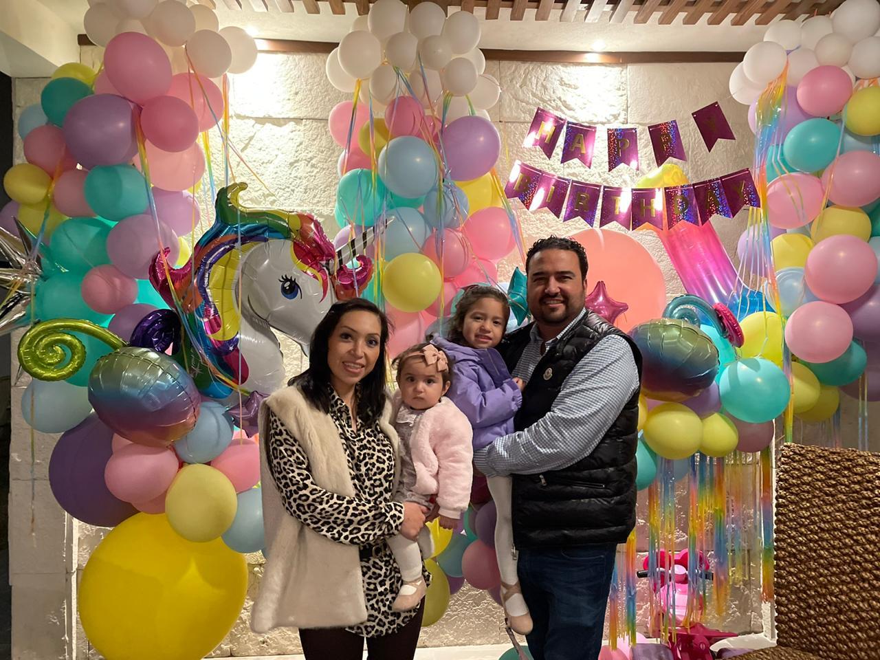 Brenda Siller y Francisco Valdez con sus hijas Victoria e Isabella.