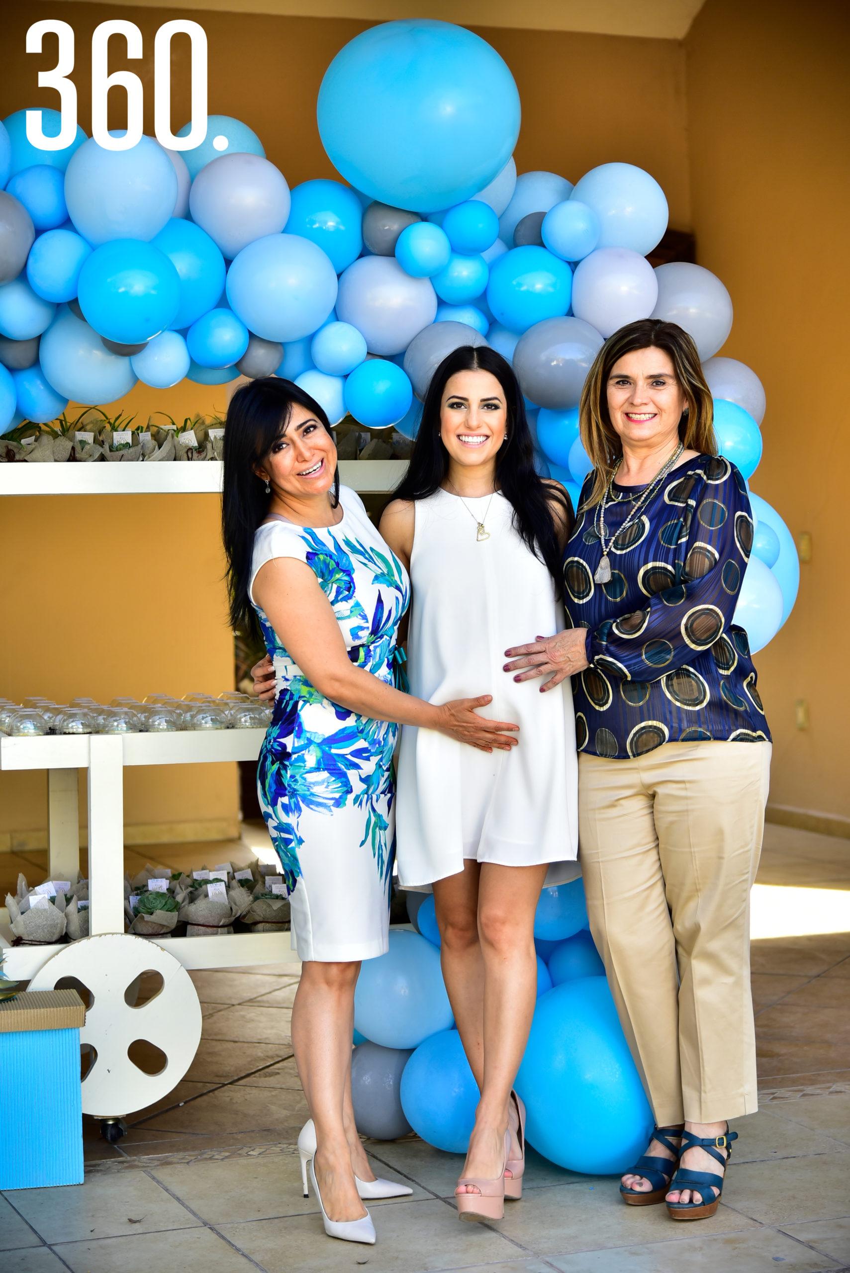 Andrea Iga acompañada por su mamá, Duvelsa Valdés, y su suegra, Cristi Valdés.