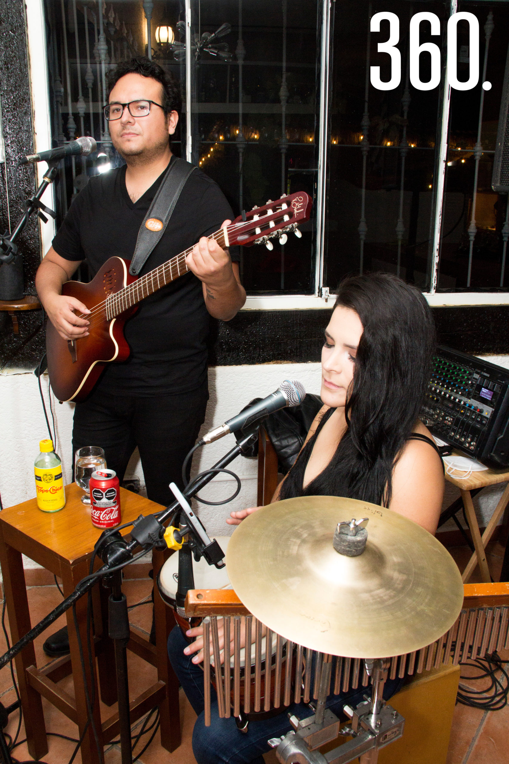 """Un dueto musical amenizó el """"Festival del Pulpo"""" en el Rincón de la Nonna."""