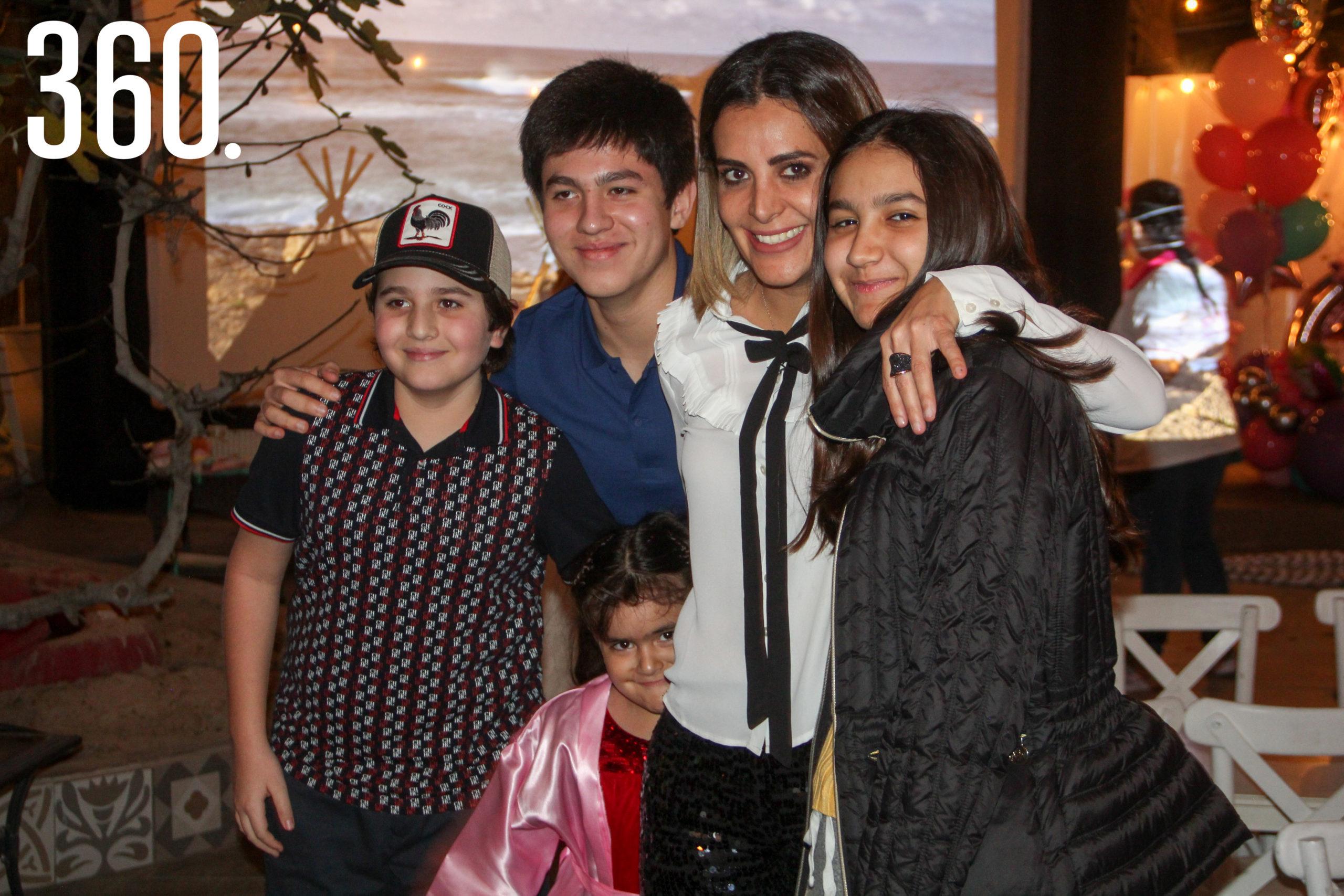 Gali con sus hermanos y mamá.