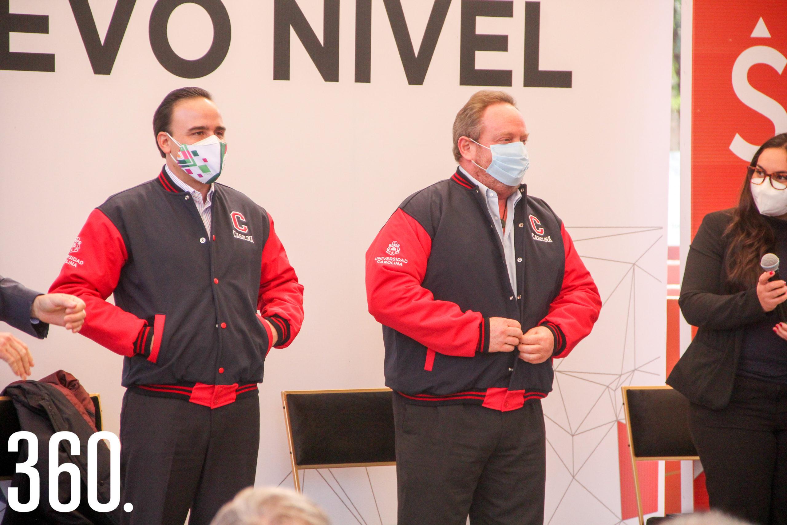 Manolo Jiménez y Marcus Dantus recibiendo unas chamarras por parte de la universidad.