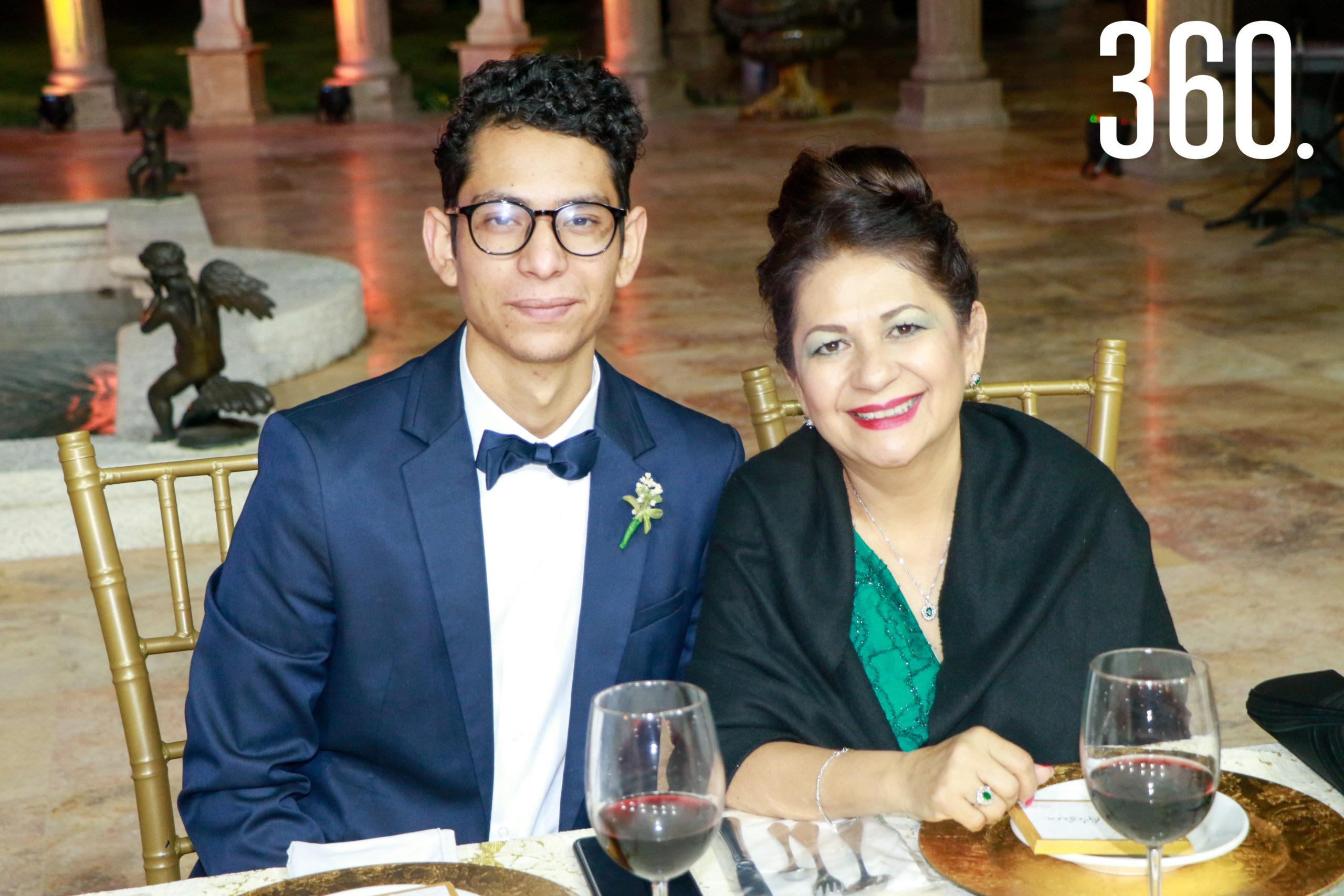 José María Charles e Irma Escalante, hermano y madre del novio.