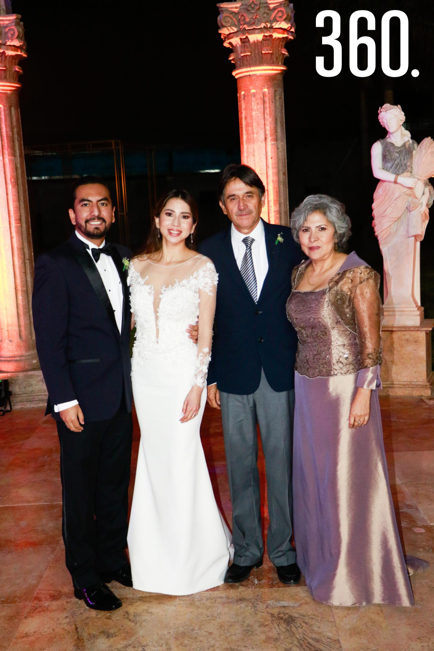 Los novios con José Alejandro Villarreal y María Antonia Nájera, padres de la novia.