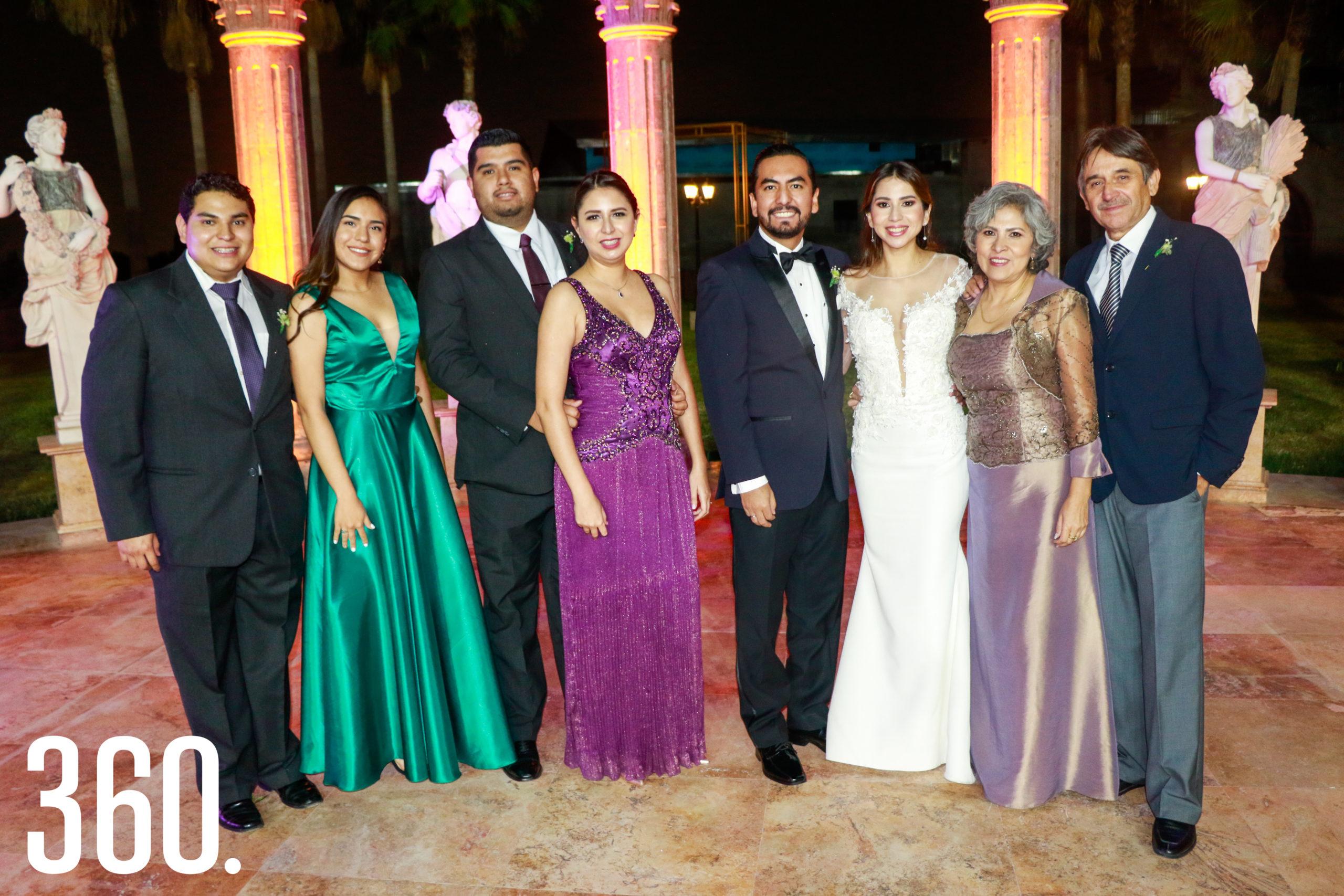 Los novios con toda la familia Villarreal.
