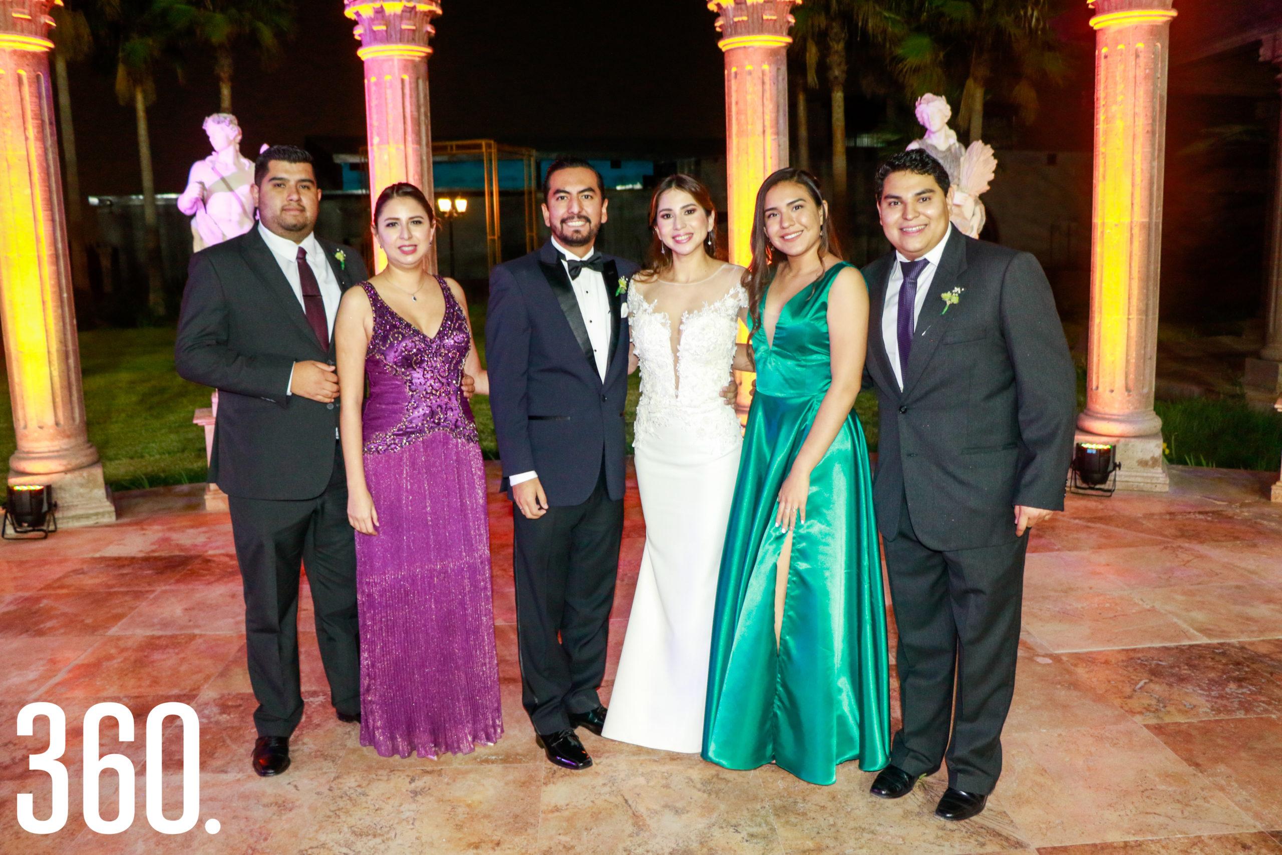 Los novios con Sergio Montoya, Alejandra Villarreal, Griselda García y Sebastián Villarreal.