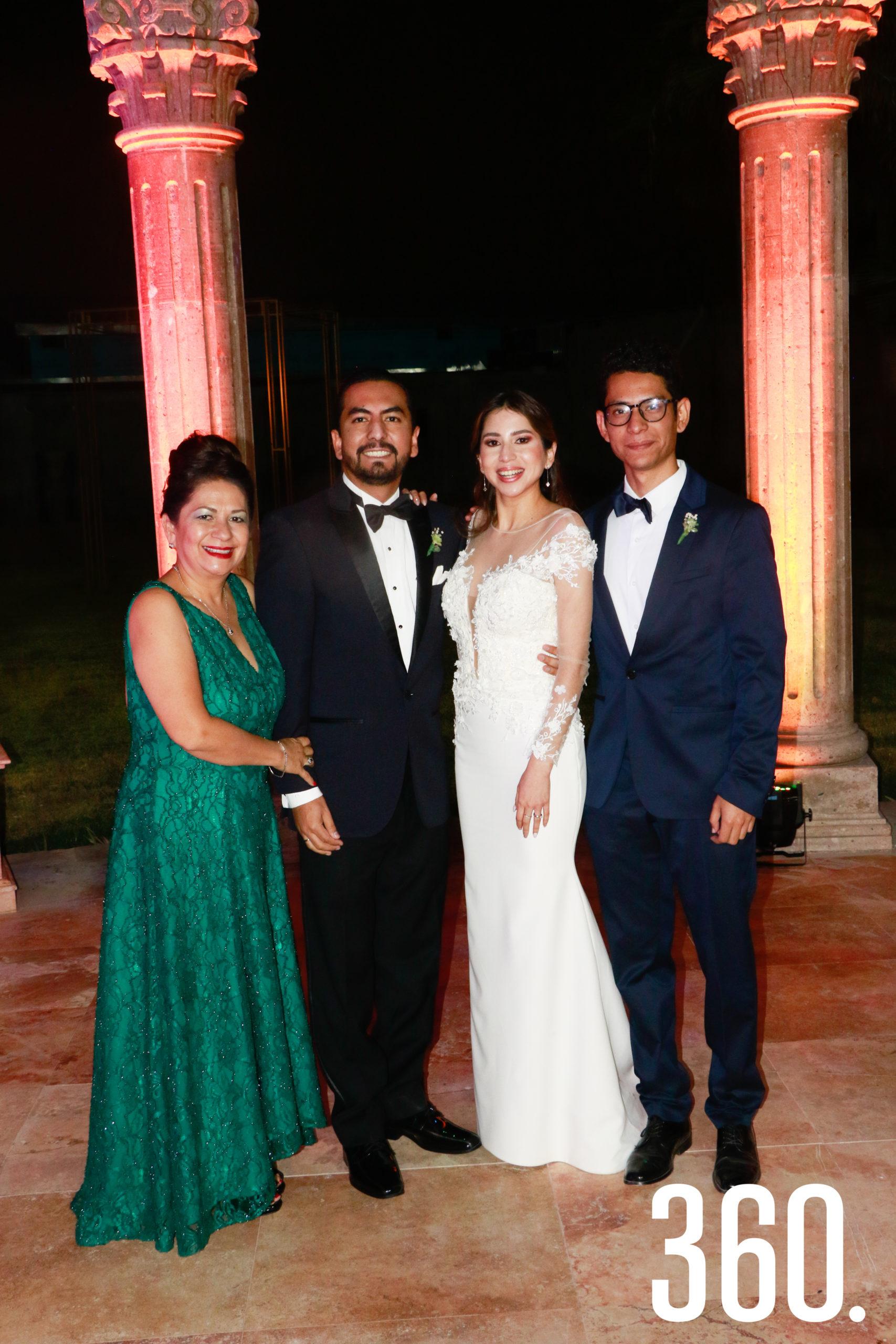 Los novios con Irma Escalante y José María Charles, madre y hermano del novio.