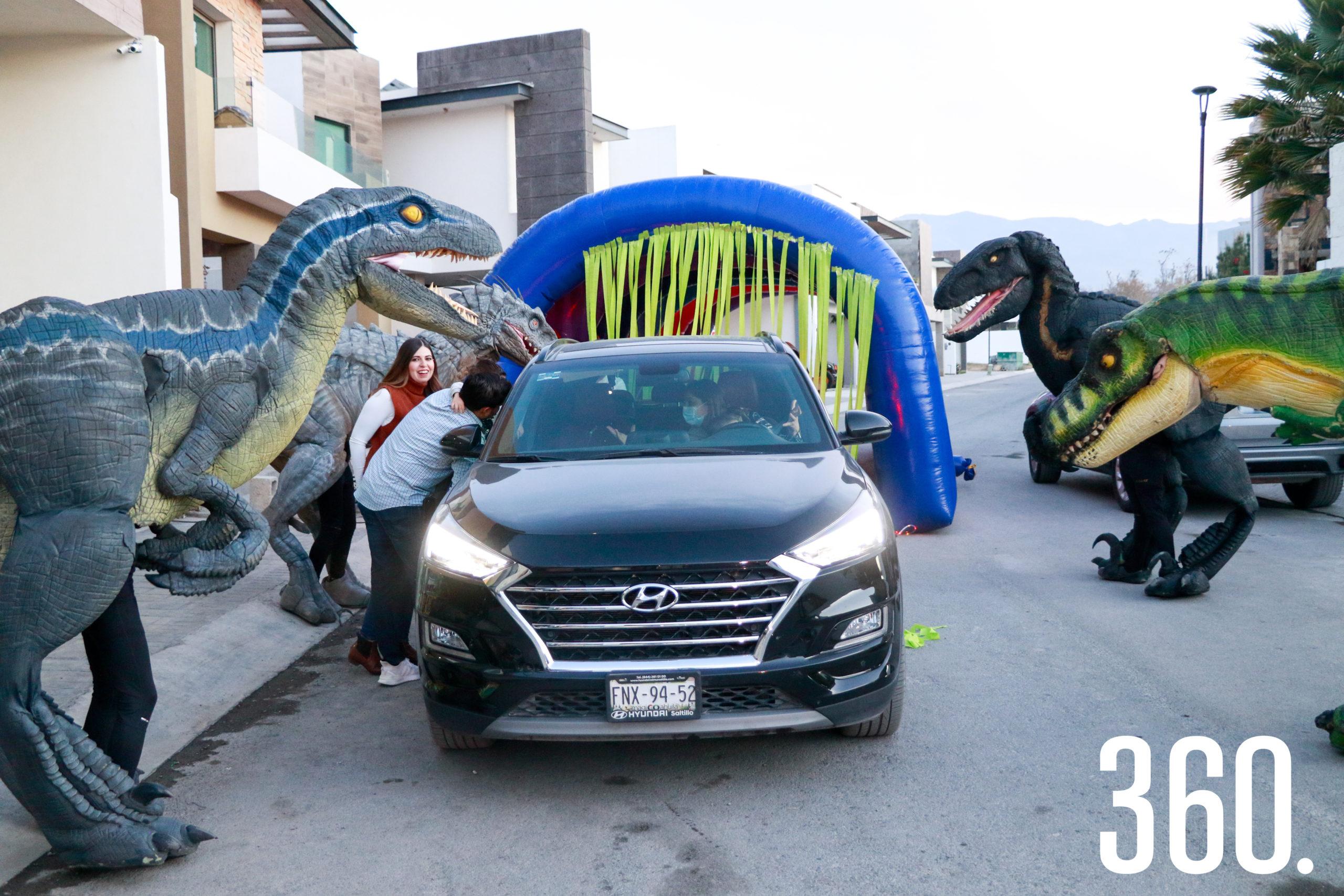 Roberto recibiendo a sus invitados.