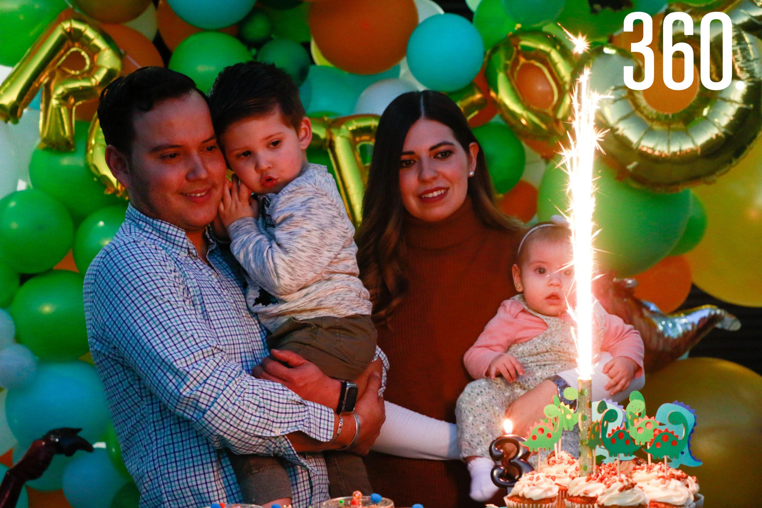 Roberto con sus padres y hermana, Roberto Rendón, Ana Lucía Peart y Ana María Rendón.