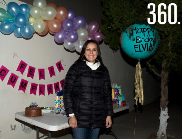 """Elvia Cardona de Lopez festejó su cumpleaños en la """"Caravana Sorpresa"""", organizada por sus amigas."""