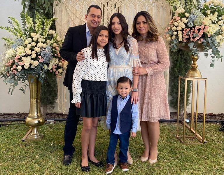 La festejada con sus papás Alejandro Ávalos y Yadett de Ávalos, y sus hermanos Annia Ávalos y Alejandro José Ávalos.