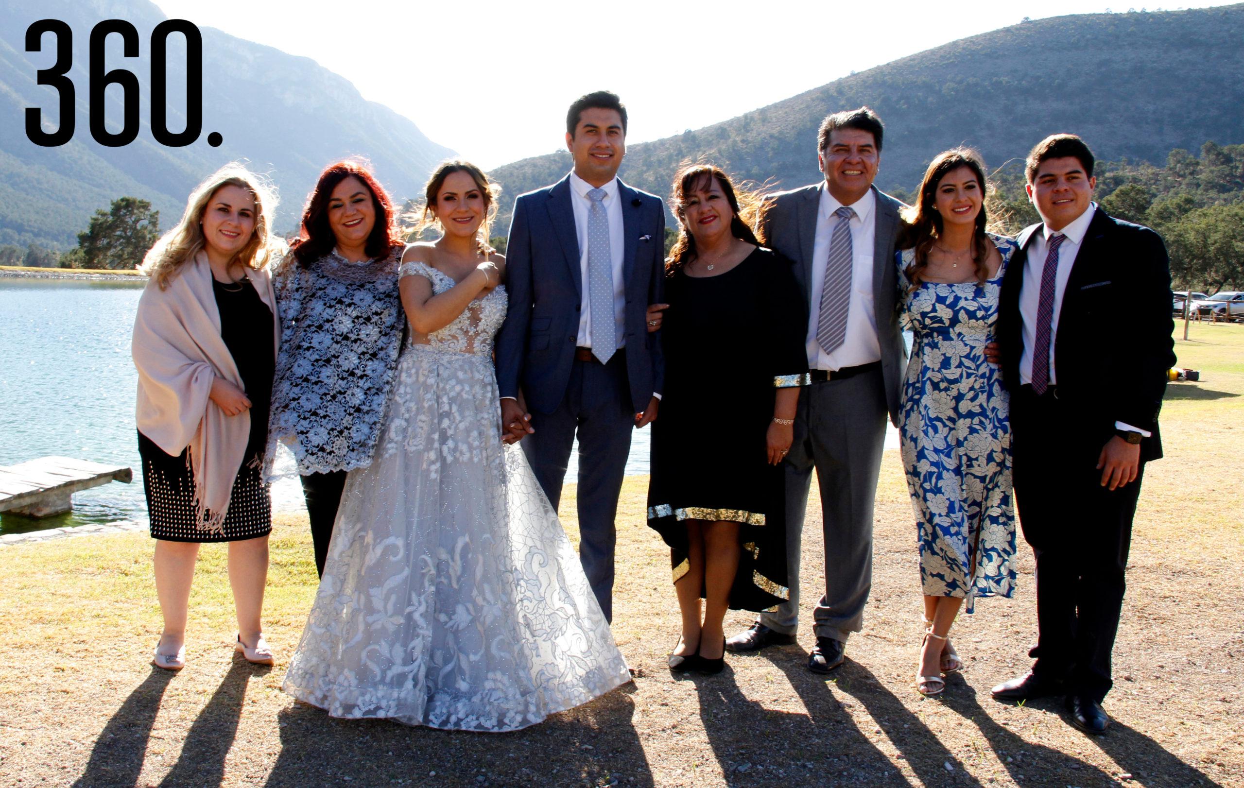 Los novios acompañados por sus padres y hermanos.