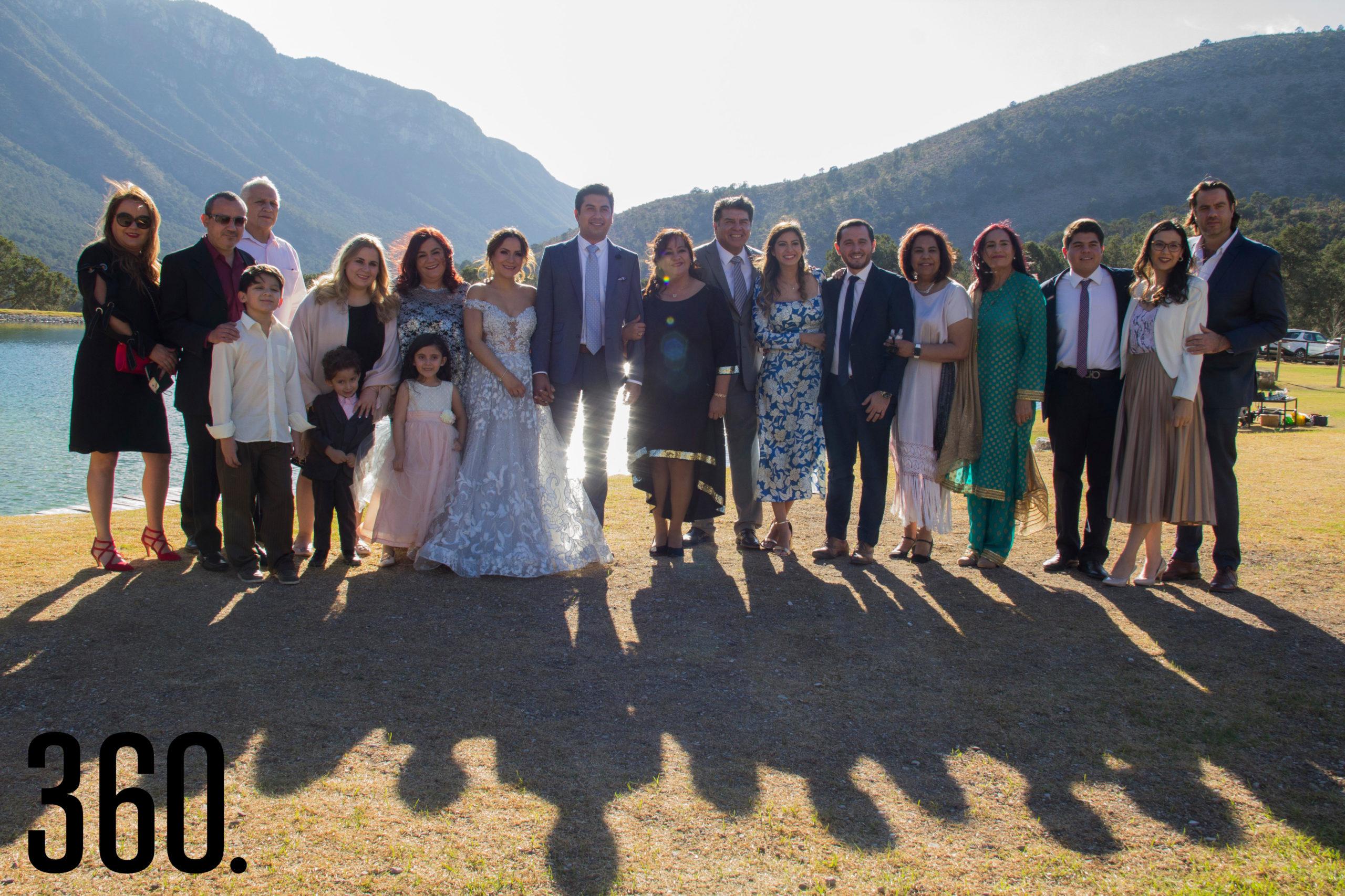 El matrimonio Martínez Mendizábal acompañado por sus padres, hermanos y familiares.