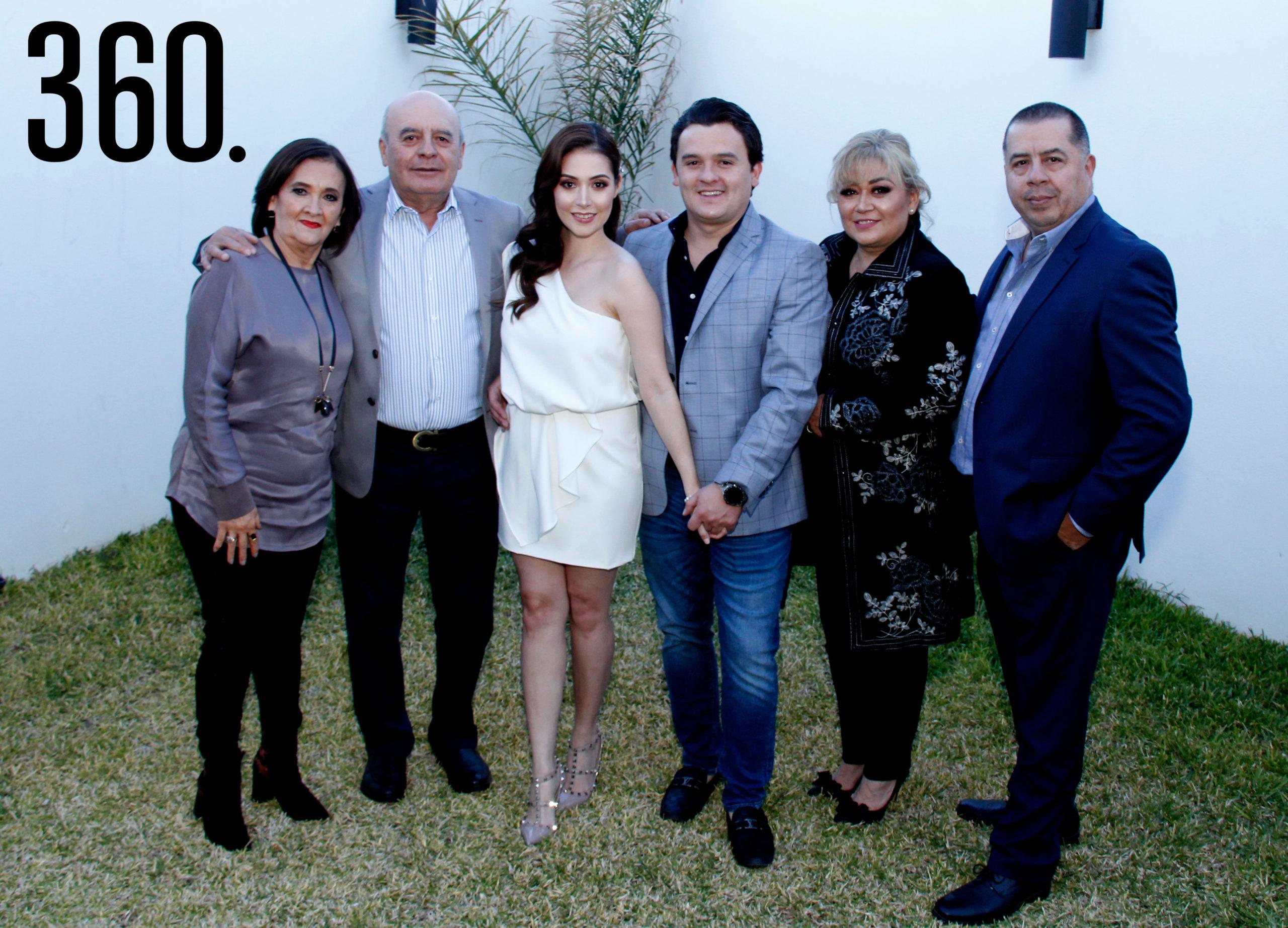 Melanie y Jesús Francisco con sus padres, Luis Vicente Ballinas Cruz, Patricia Ibarra González, María Angélica Valdez Narro y Jesús Francisco Ramírez Sánchez.