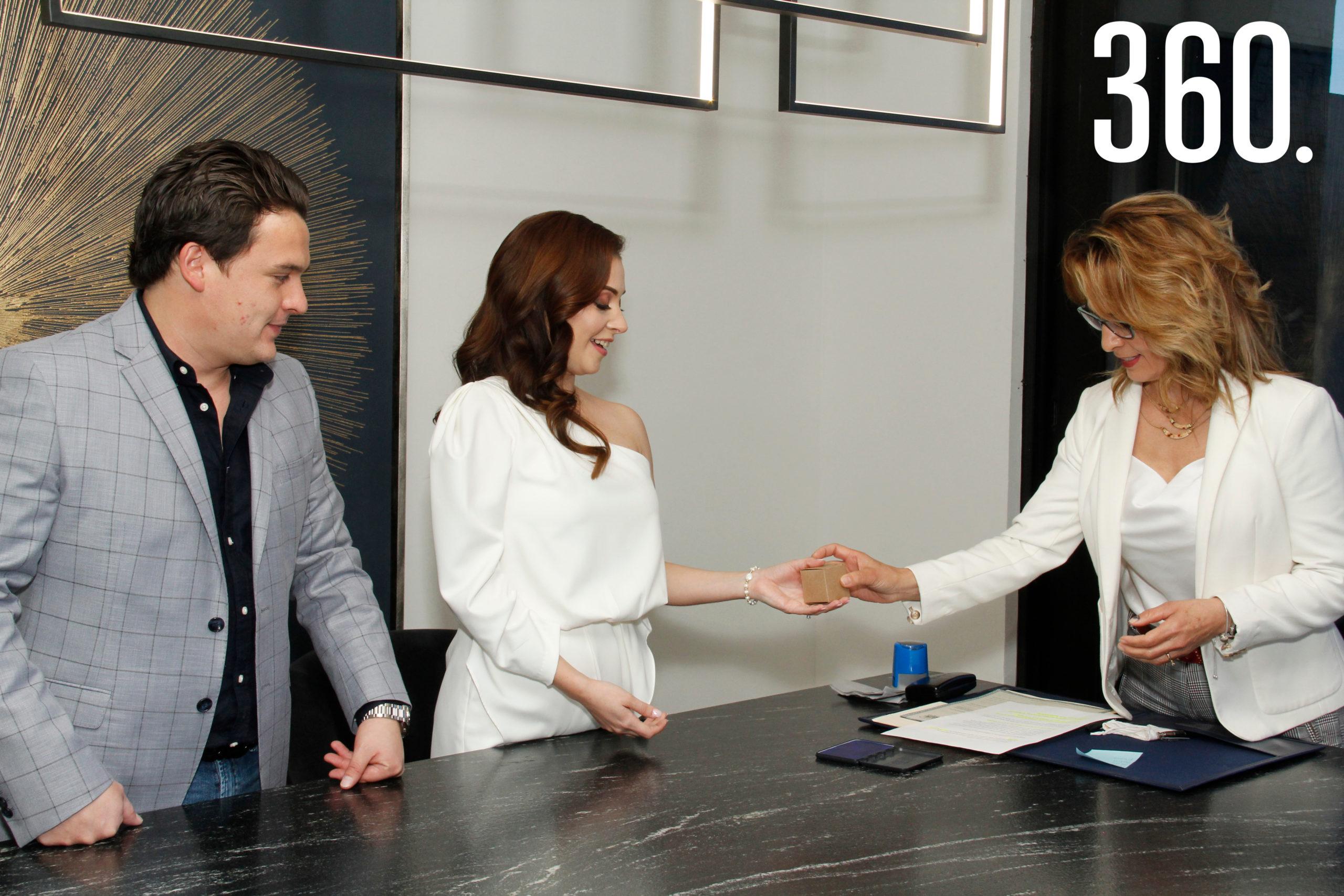 El recién integrado matrimonio Ramírez Ballinas recibió su acta matrimonial de parte de Norma Rodríguez, oficial #33 del registro civil.