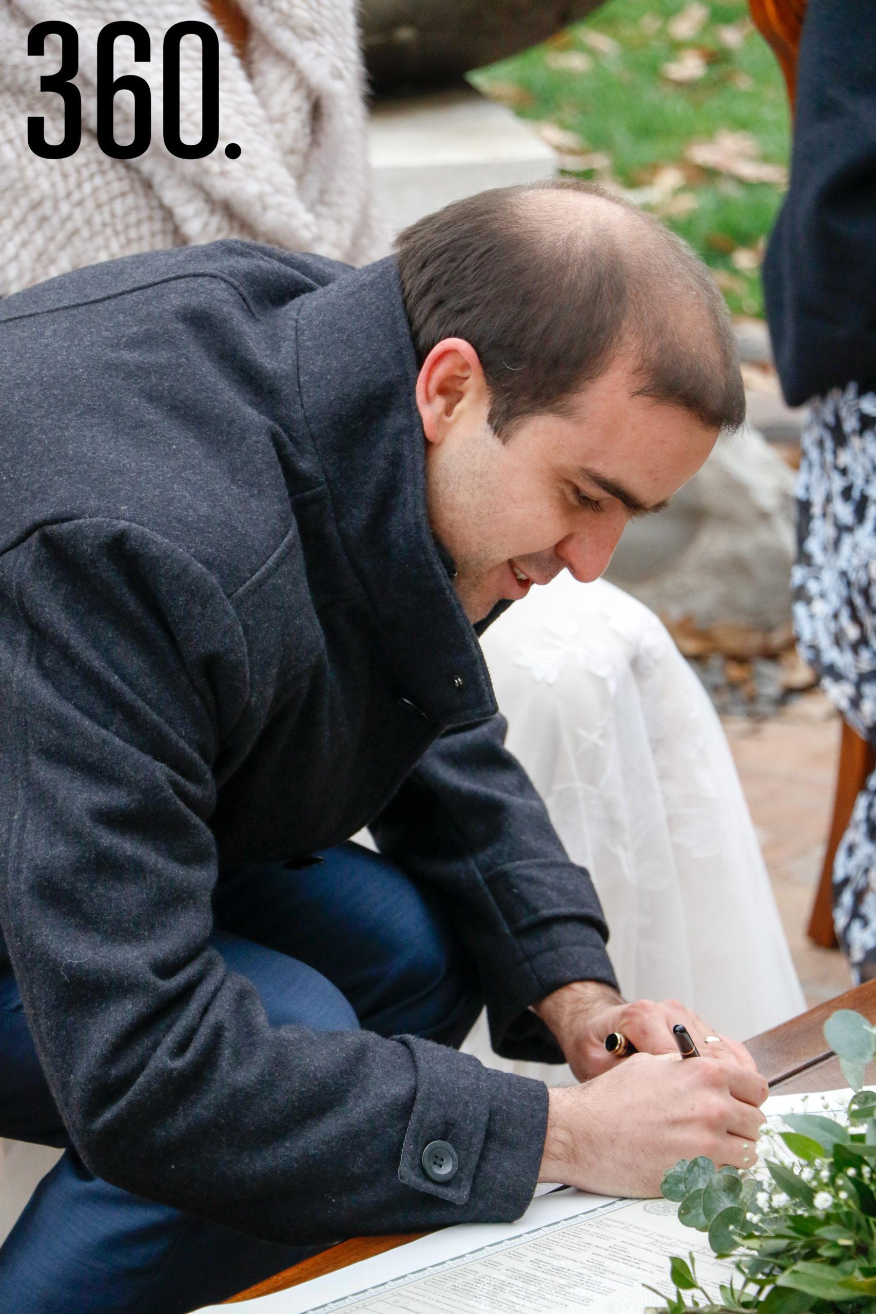 Maru y Mauricio firmando el acta de matrimonio.
