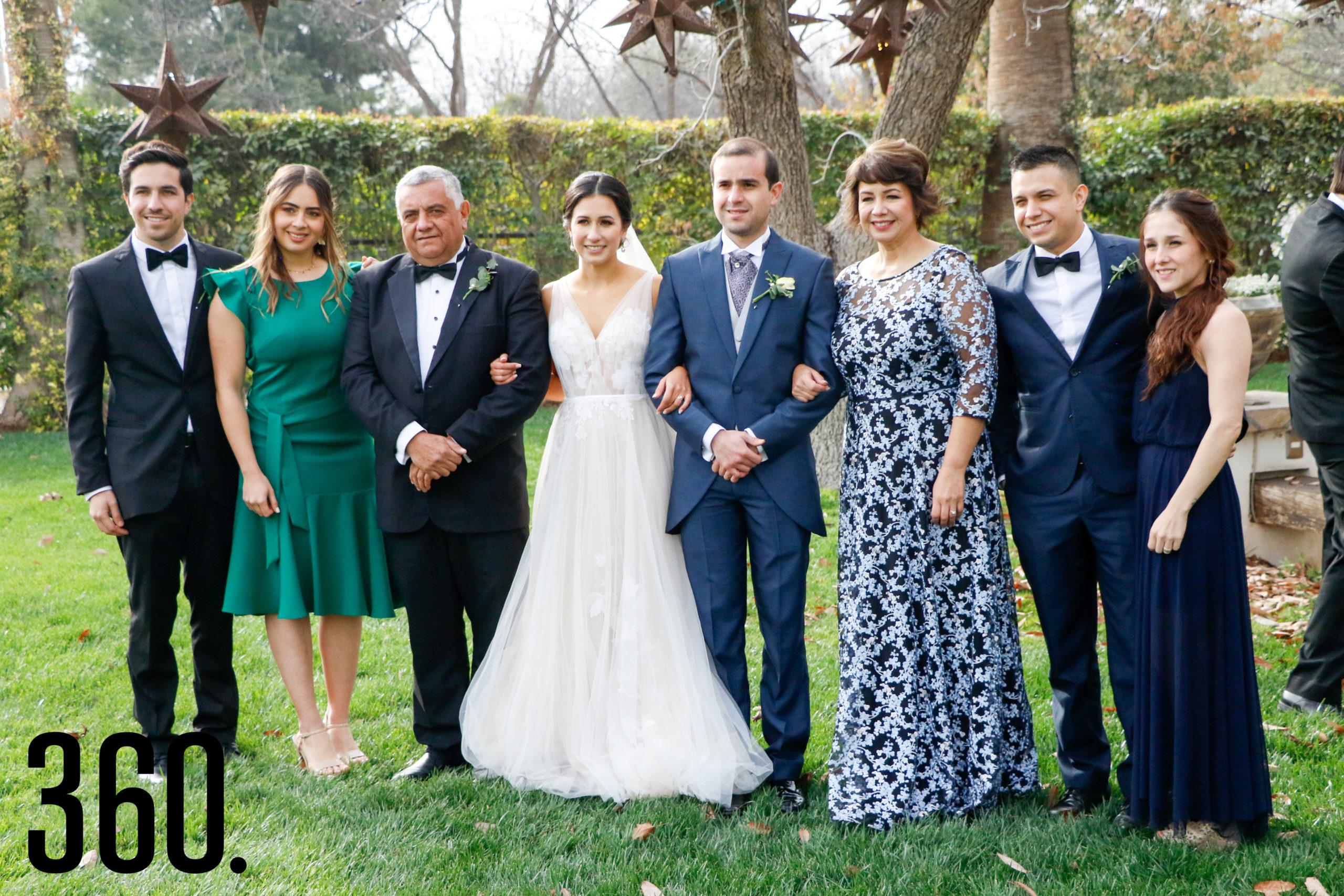 Los esposos con la familia Treviño.