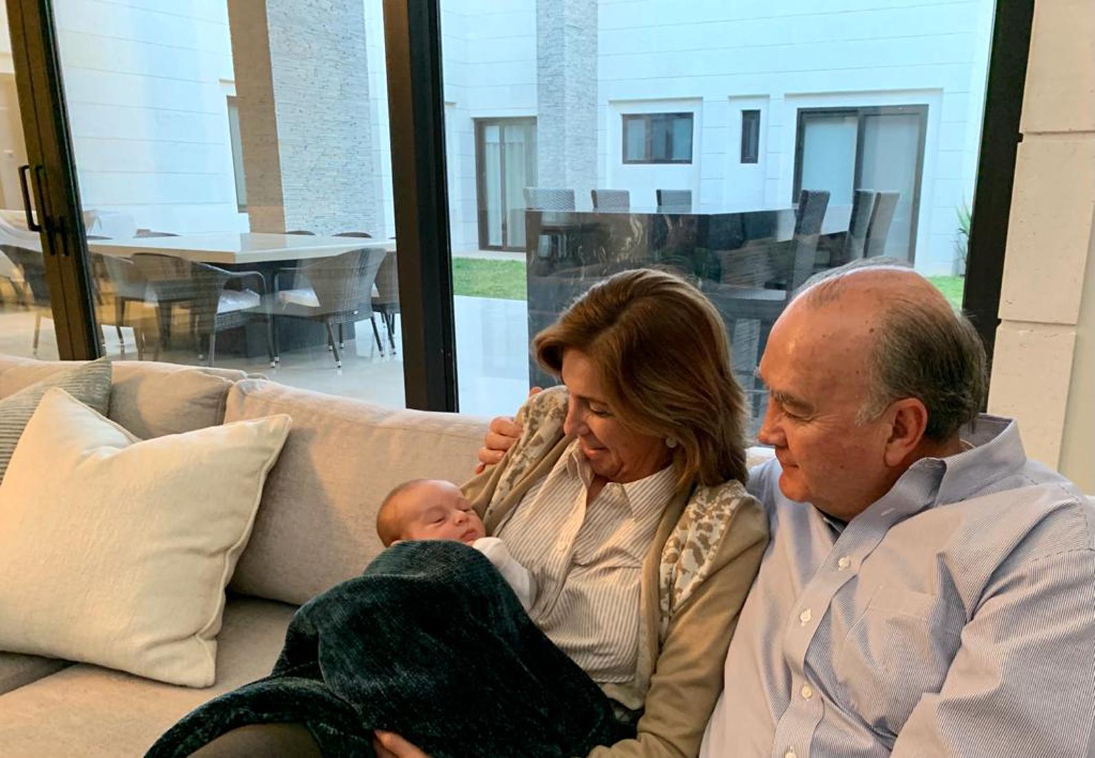Jorge Dávila y Gloria Flores con el pequeño Mario.