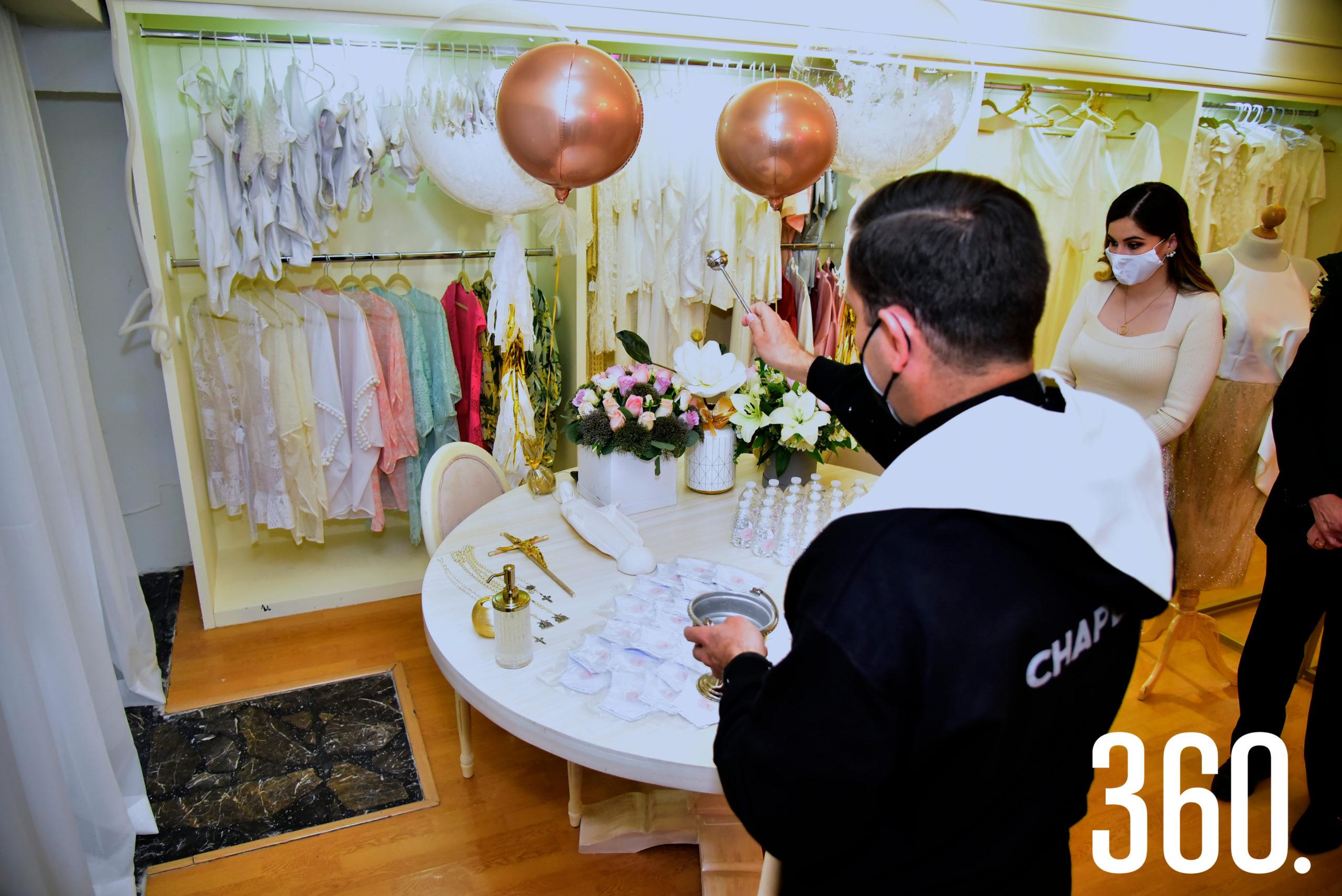 """Momento en el que el padre Adán bendice las instalaciones de """"Brides Market""""."""
