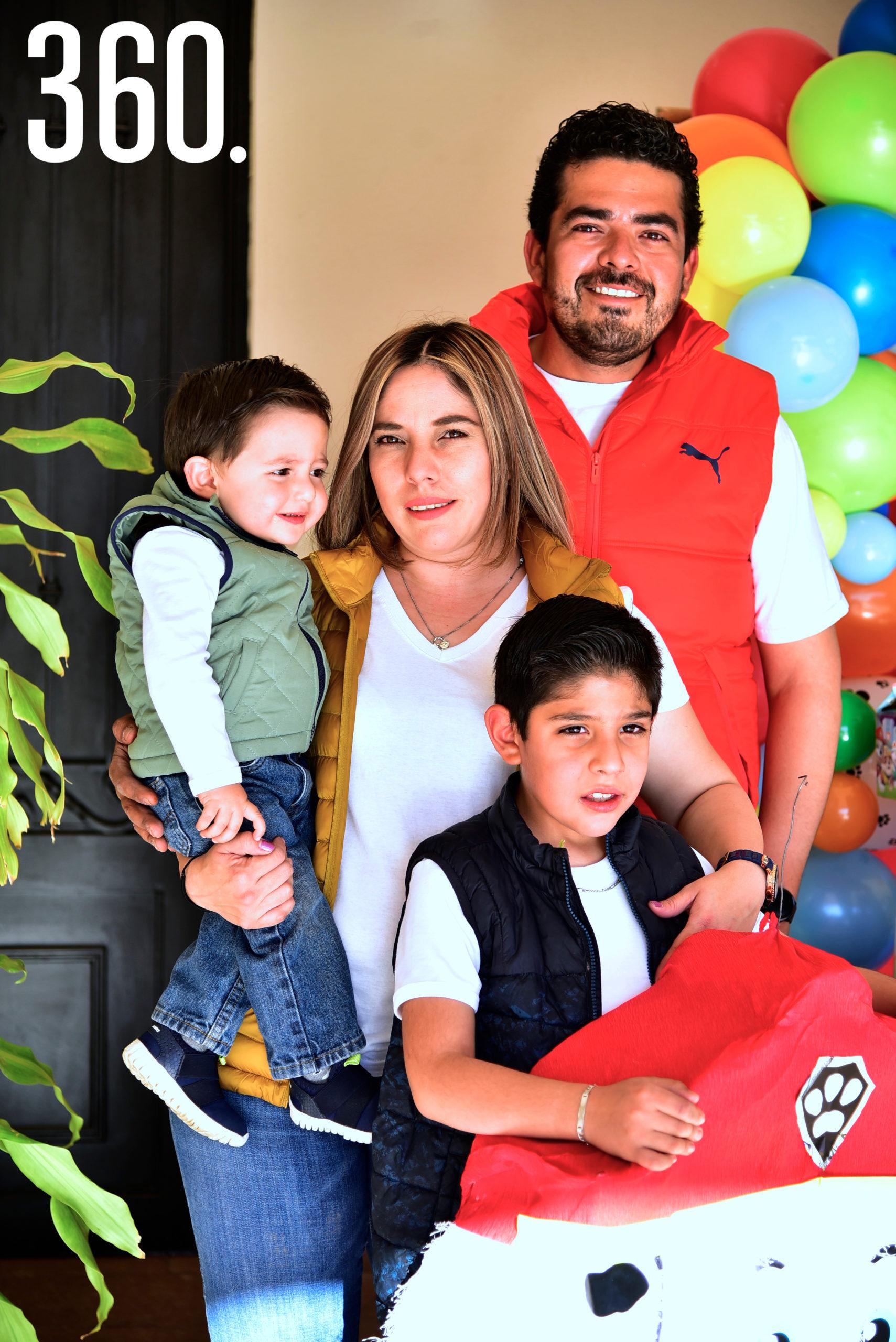 Emiliano Antuna Galindo con sus papás, Diana Galindo y Héctor Antuna, y su hermanito, Héctor Antuna Galindo.