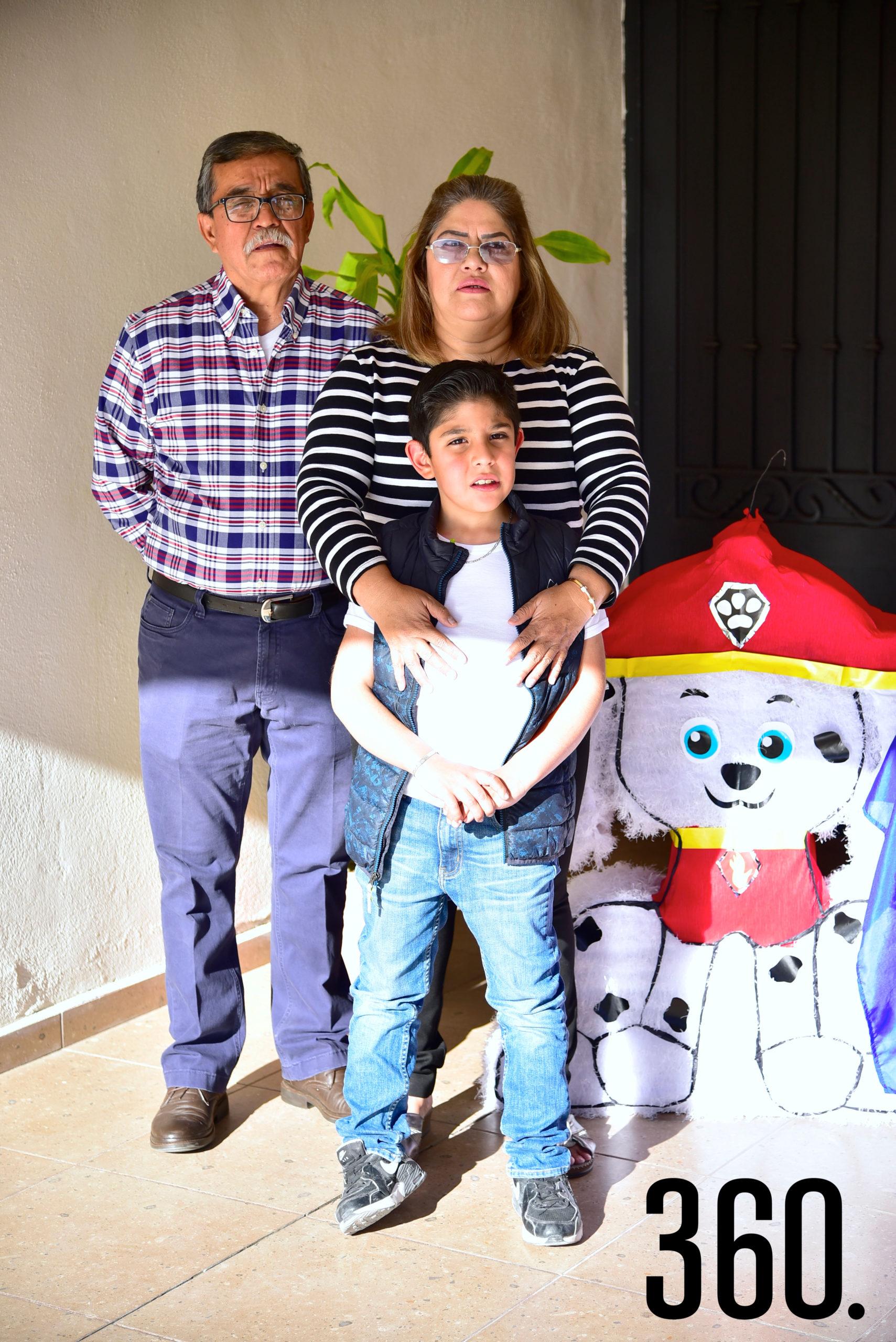 Emiliano Antuna con sus abuelitos, Héctor Galindo y Rosy Álvarez.