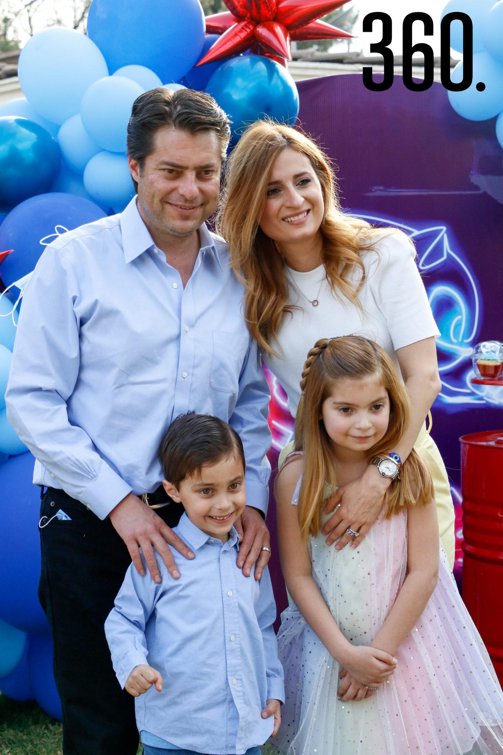 Enrique con sus papás y hermana, Enrique Martínez y Morales, Lilia Hiarmes y Lilia María Martínez.