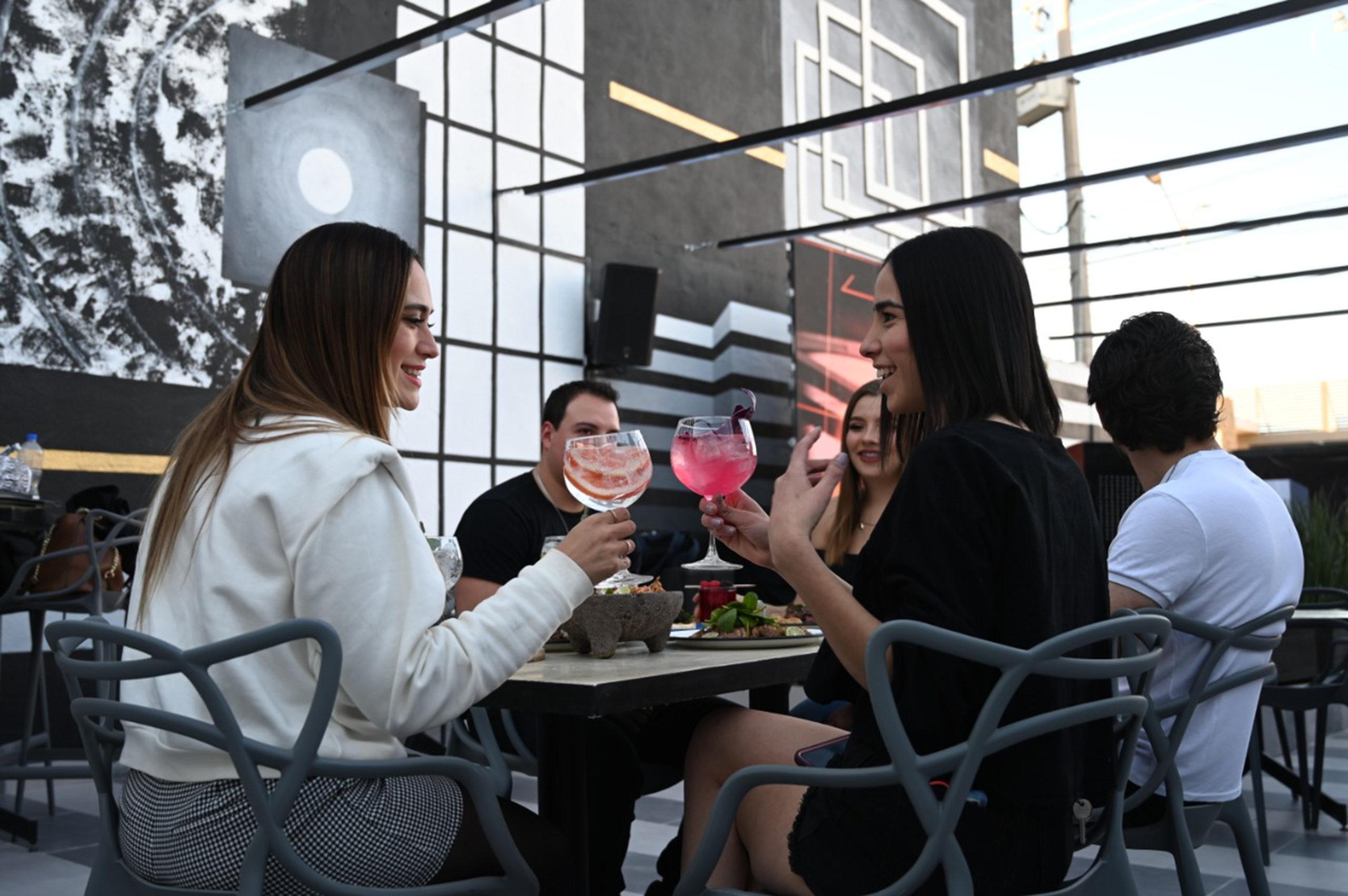 Además de disfrutar de bebidas diversas, el comensal puede degustar platillos.