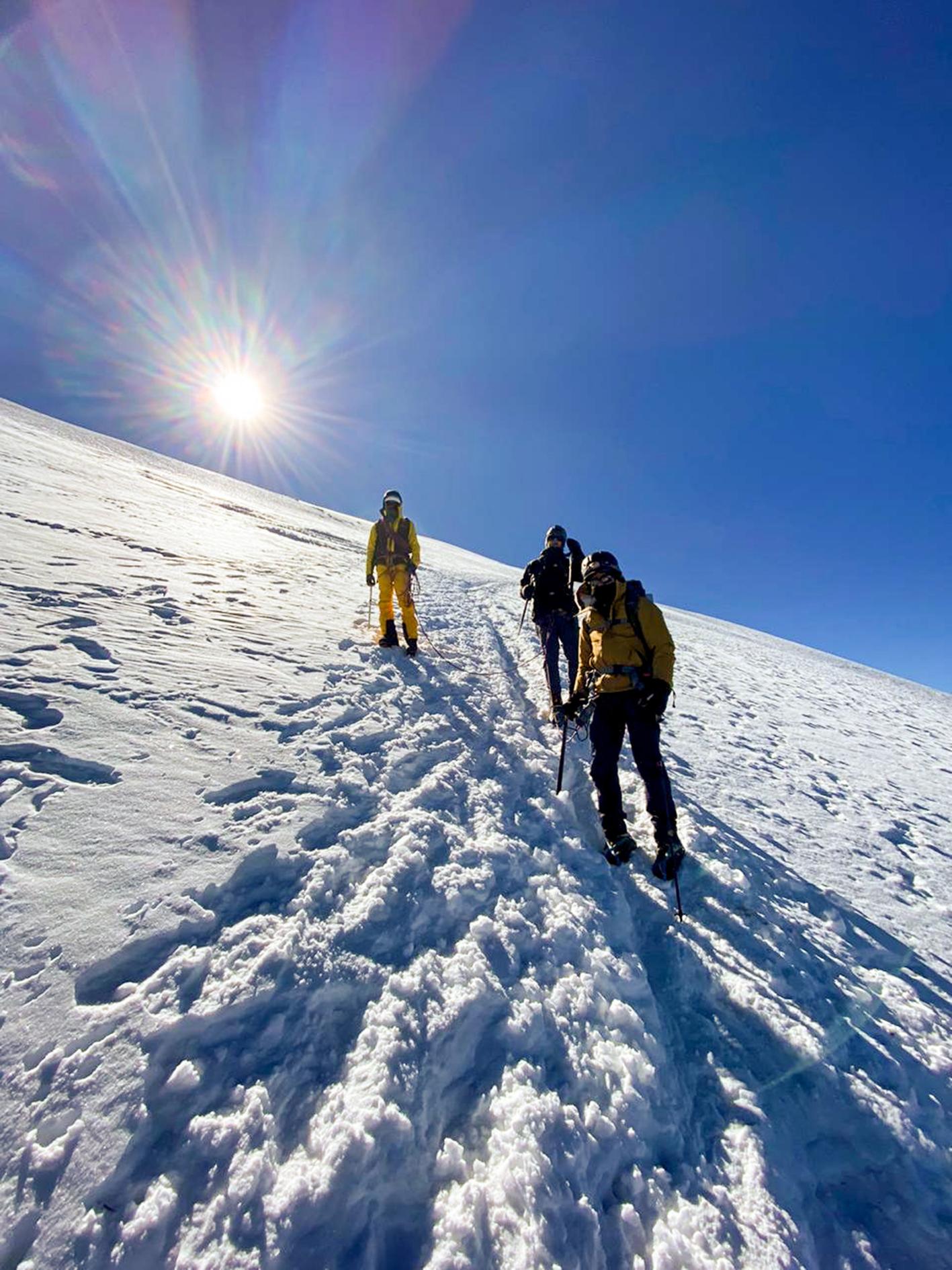 Bajando el glaciar, acordonados.