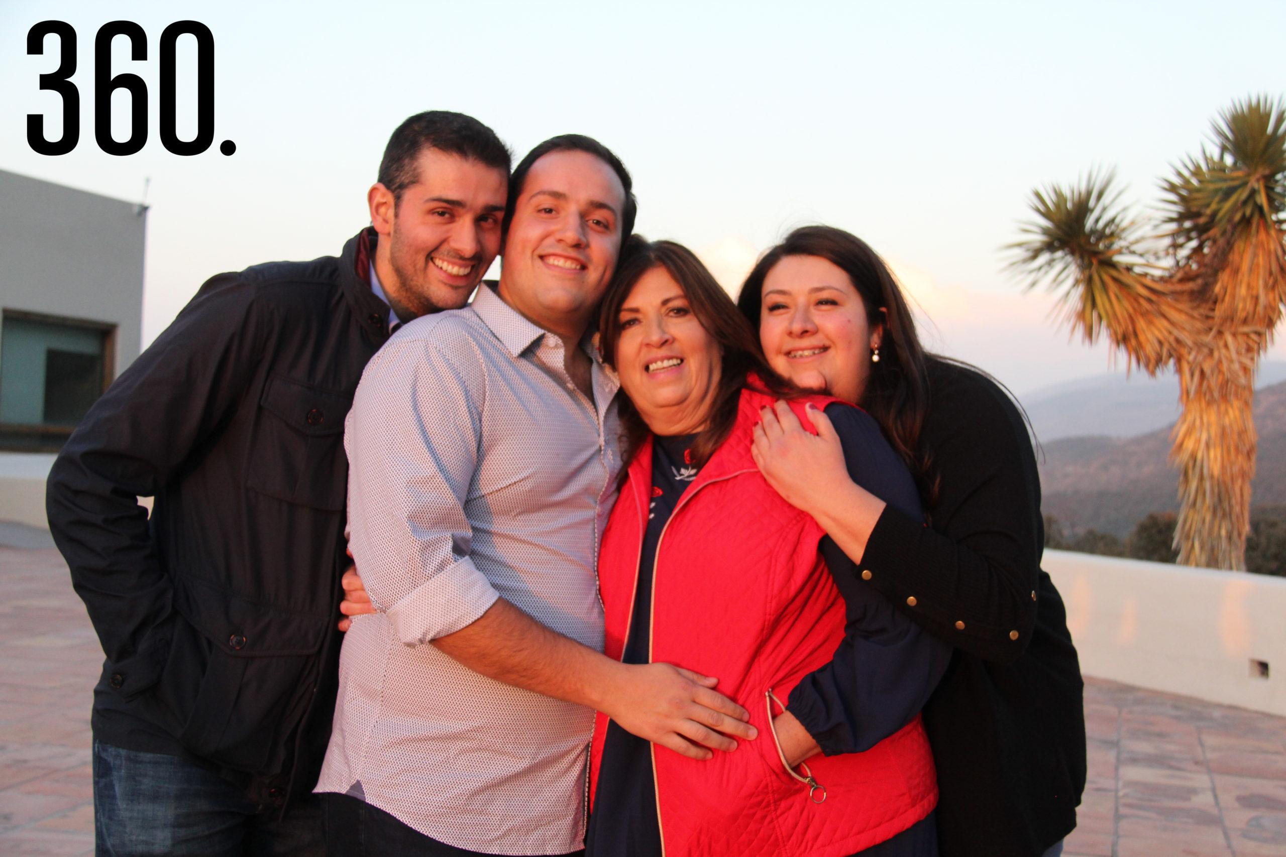 Rodrigo con su mamá, Nélida Castilla, y sus hermanos, Luis Antonio y Nélida Villarreal.