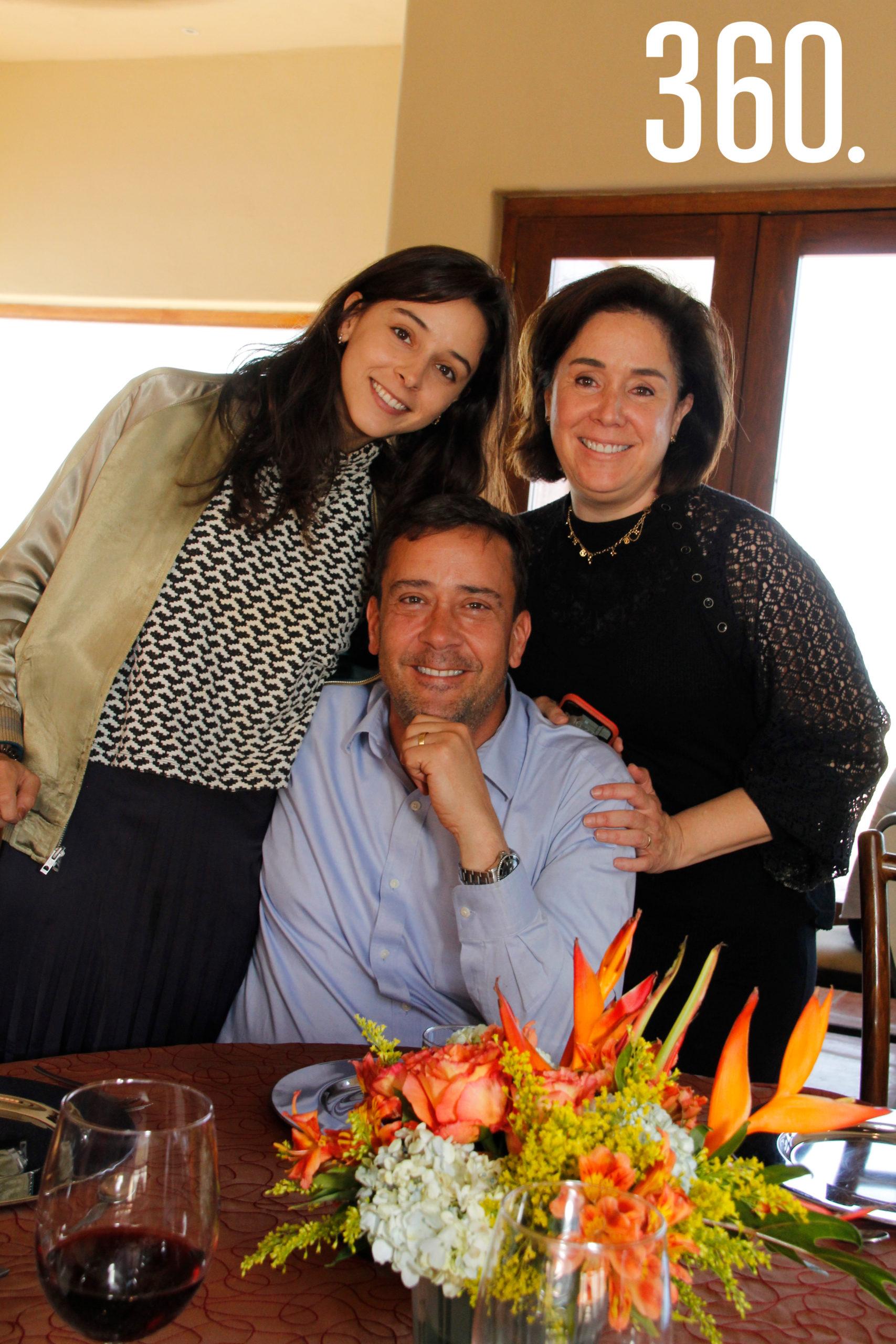 Juan Carlos y Luisa Fernanda Guerra acompañados por Luisa Fernanda Castilla.