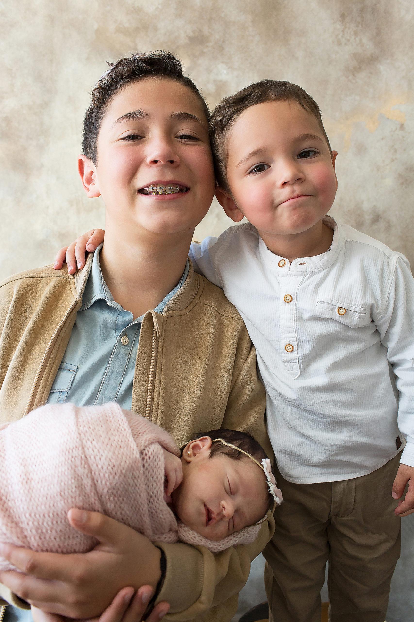 Luciana con sus hermanitos, Rafael y Emilio