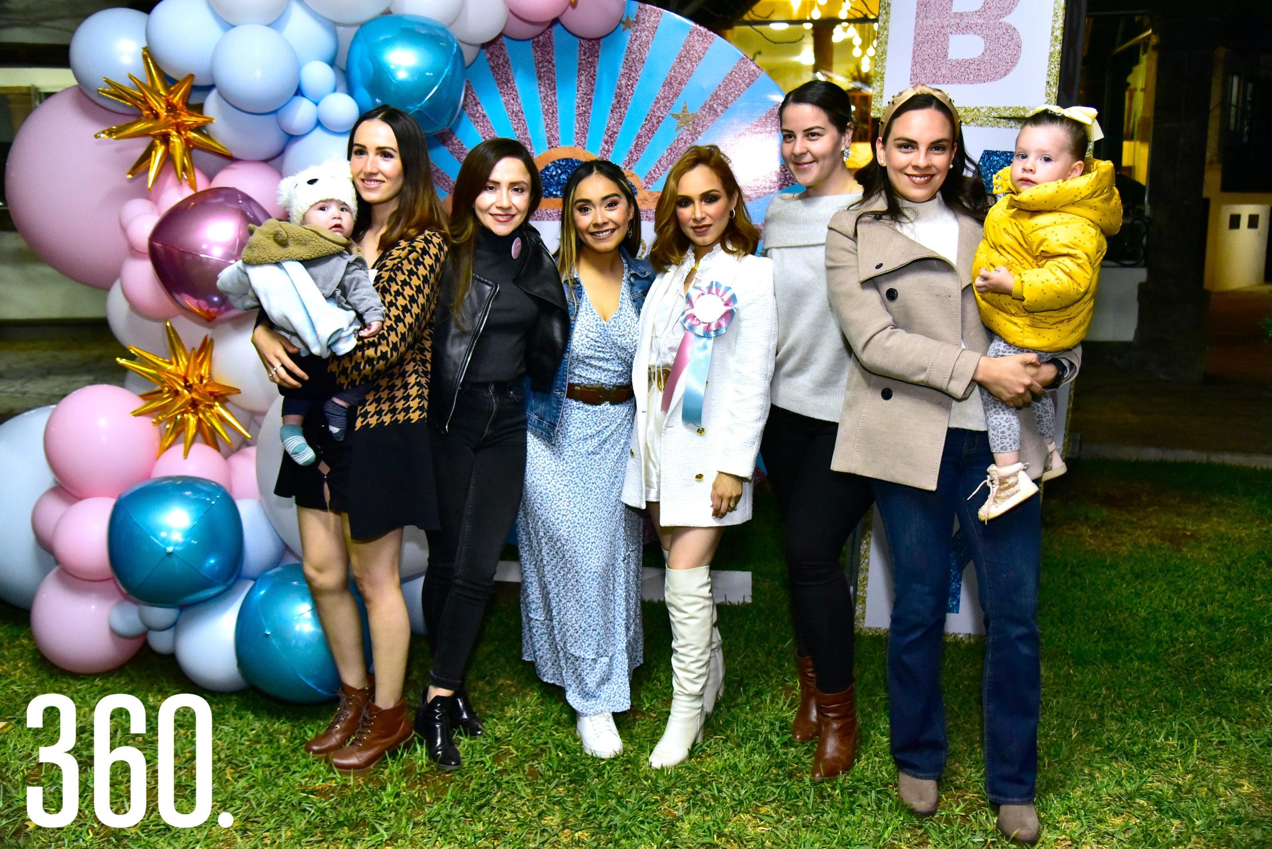 Dinorah Berenice Téllez Rodríguez acompañada por sus amigas.