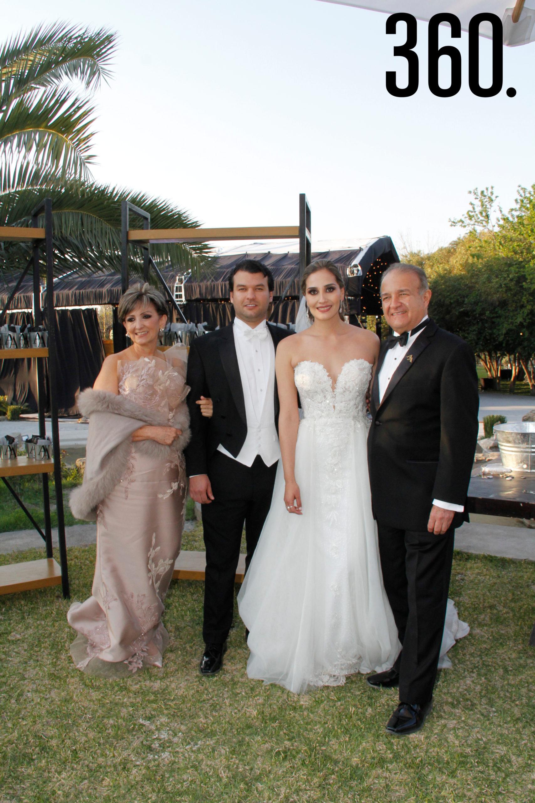 Álvaro y Andrea con los padres del novio, Noris Álvarez y Carlos Arzamendi.