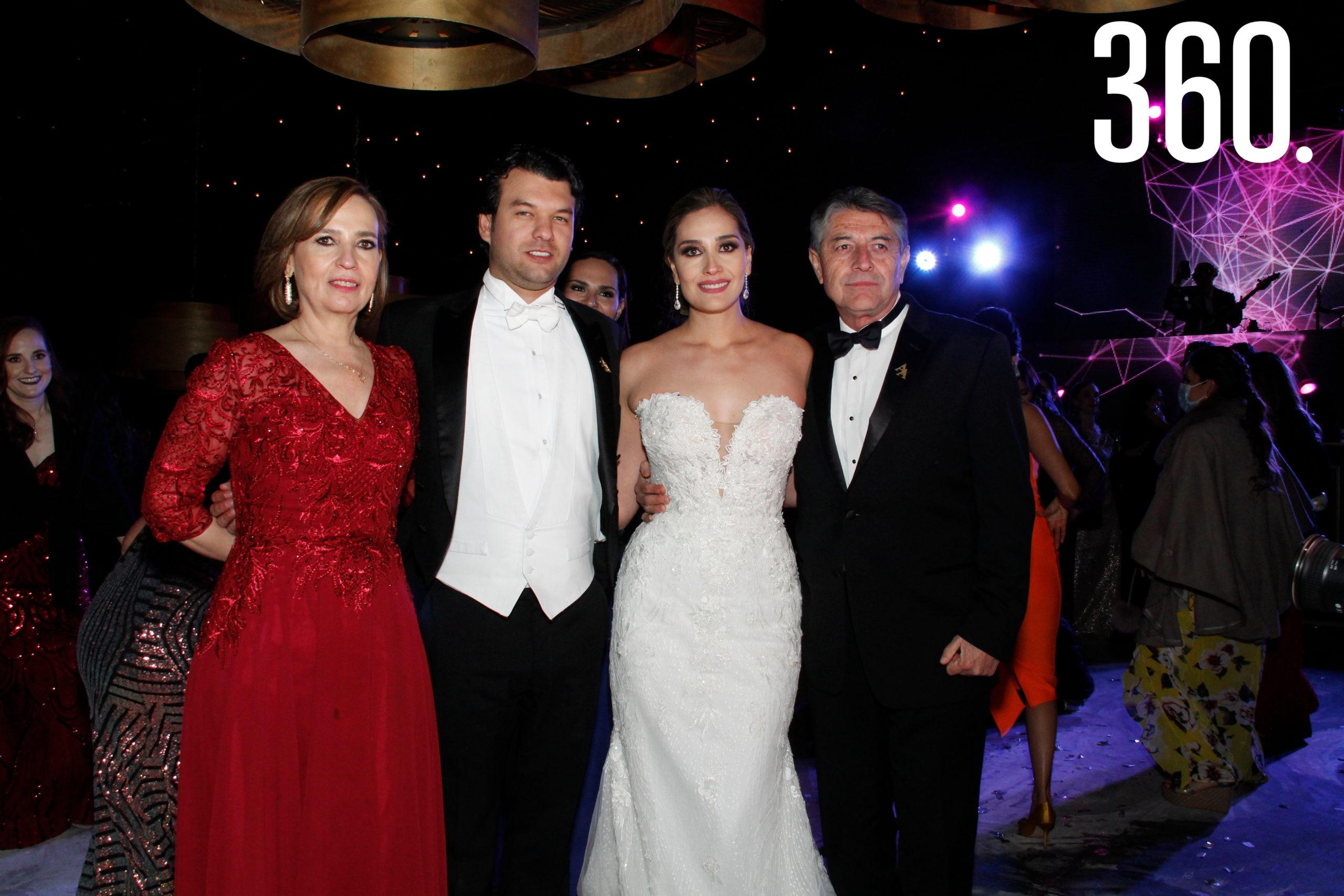 Los padres de Andrea, Gustavo Hernández y Patricia de la Mora, acompañaron a los novios.