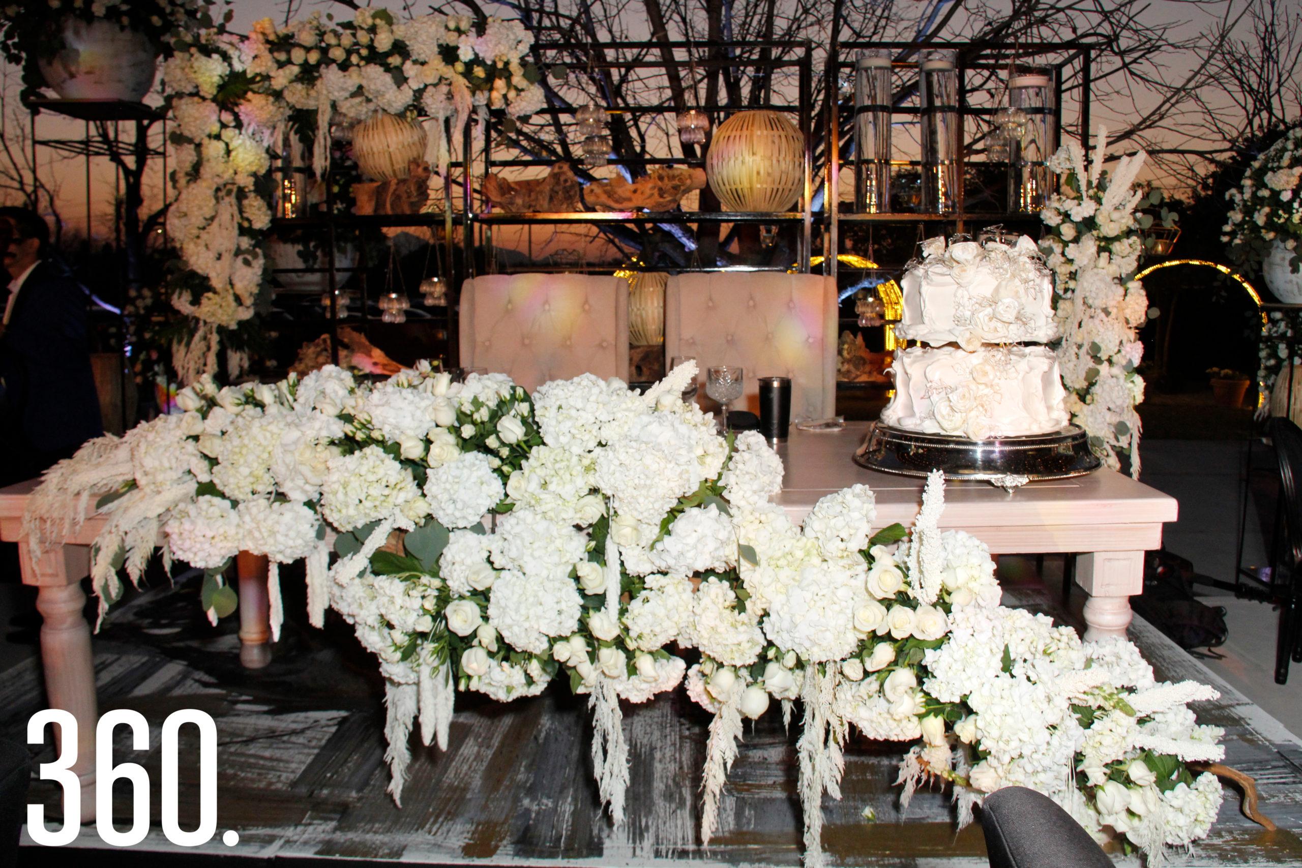 Adornos florales en las mesas y decoración en general.