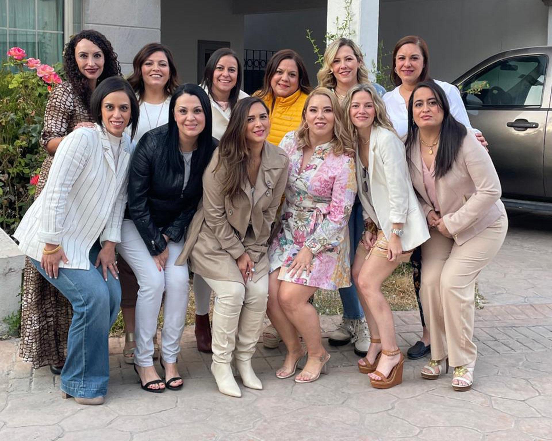 Yadira González, Ale Aguado, Elvia Cardona, Laura Santos, María José González, Cristy González, Olga Aguilera, Dominica García, Lucy González, Alethea Medina, Edna Cárdenas y Ana Cristina Fernández.
