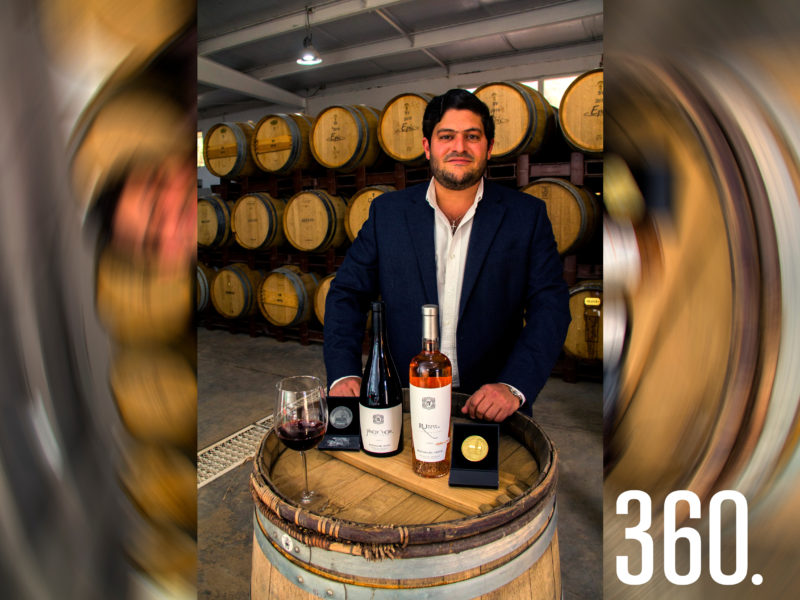 José Alejandro Dávila Villarreal, con sus vinos Pinot Noir cosecha 2017 y el vino rosado RU Rosa de Uva cosecha 2020, ganadores de medalla de Plata y Oro respectivamente.