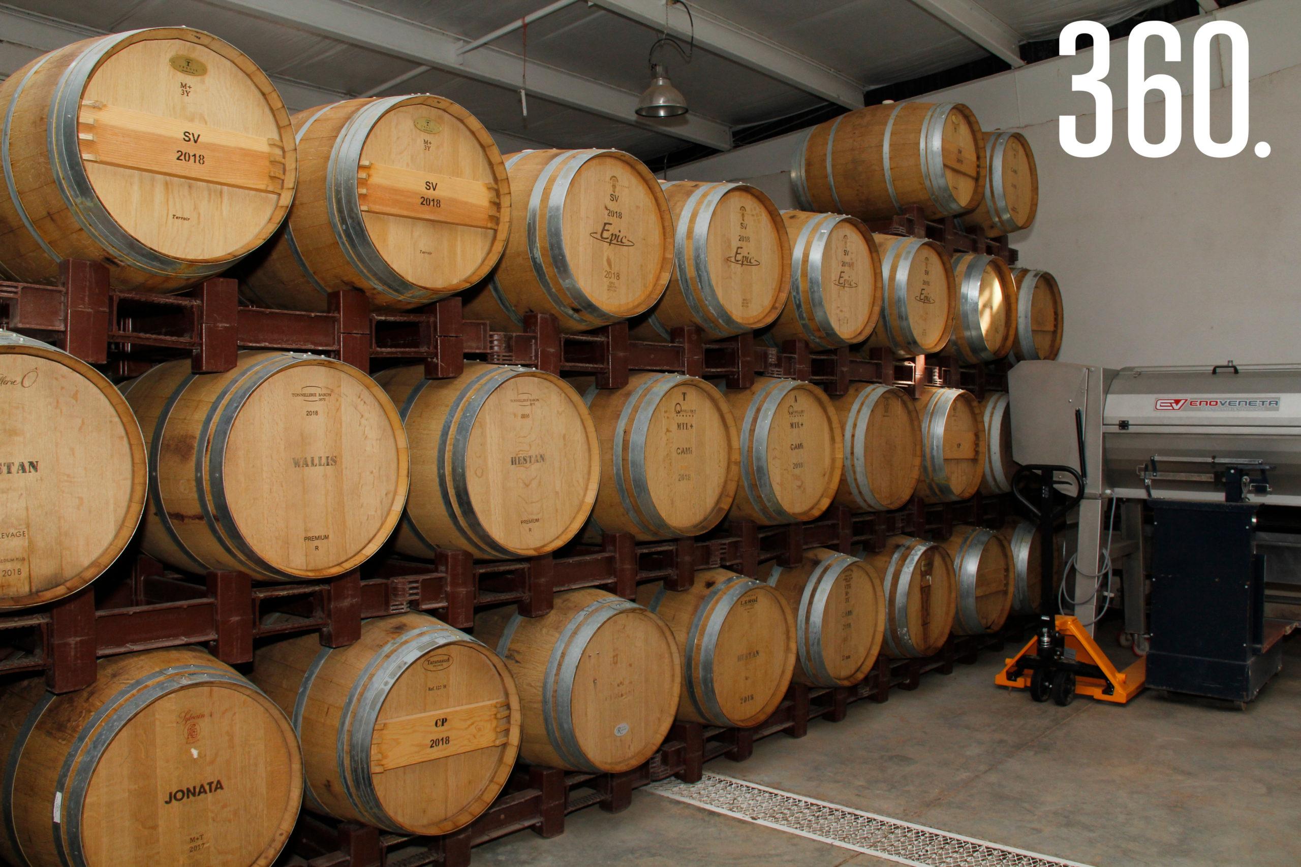 Después de la cosecha, los jugos de la uva se conservan en las barricas para darle cuerpo y sabor.