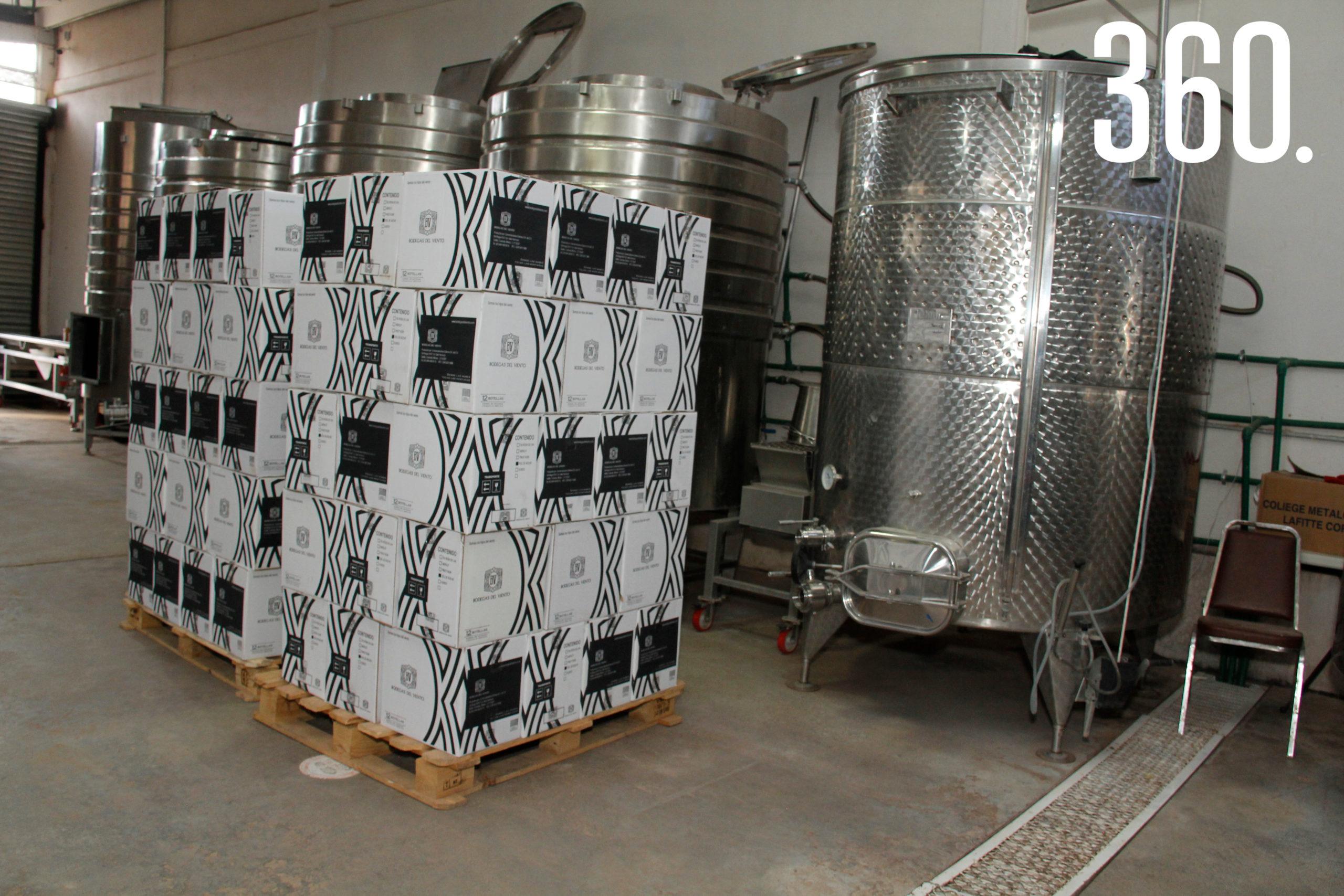 Los vinos ya envasados se colocan en cajas de acuerdo a su variedad y cosecha.