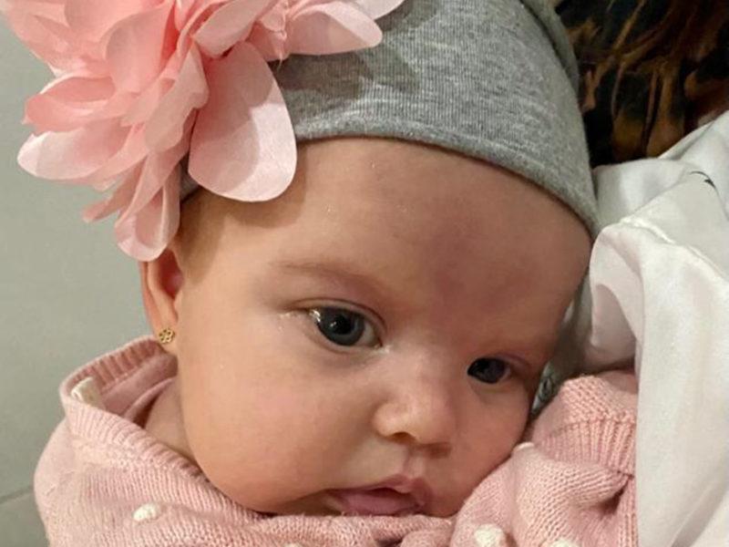 Los abuelos paternos son Ernesto Arroyo Ochoa y Martha Elena Peart de Arroyo, y los maternos son Teresa Catalina Rosales Saade y Gerardo Zambrano Aguirre.