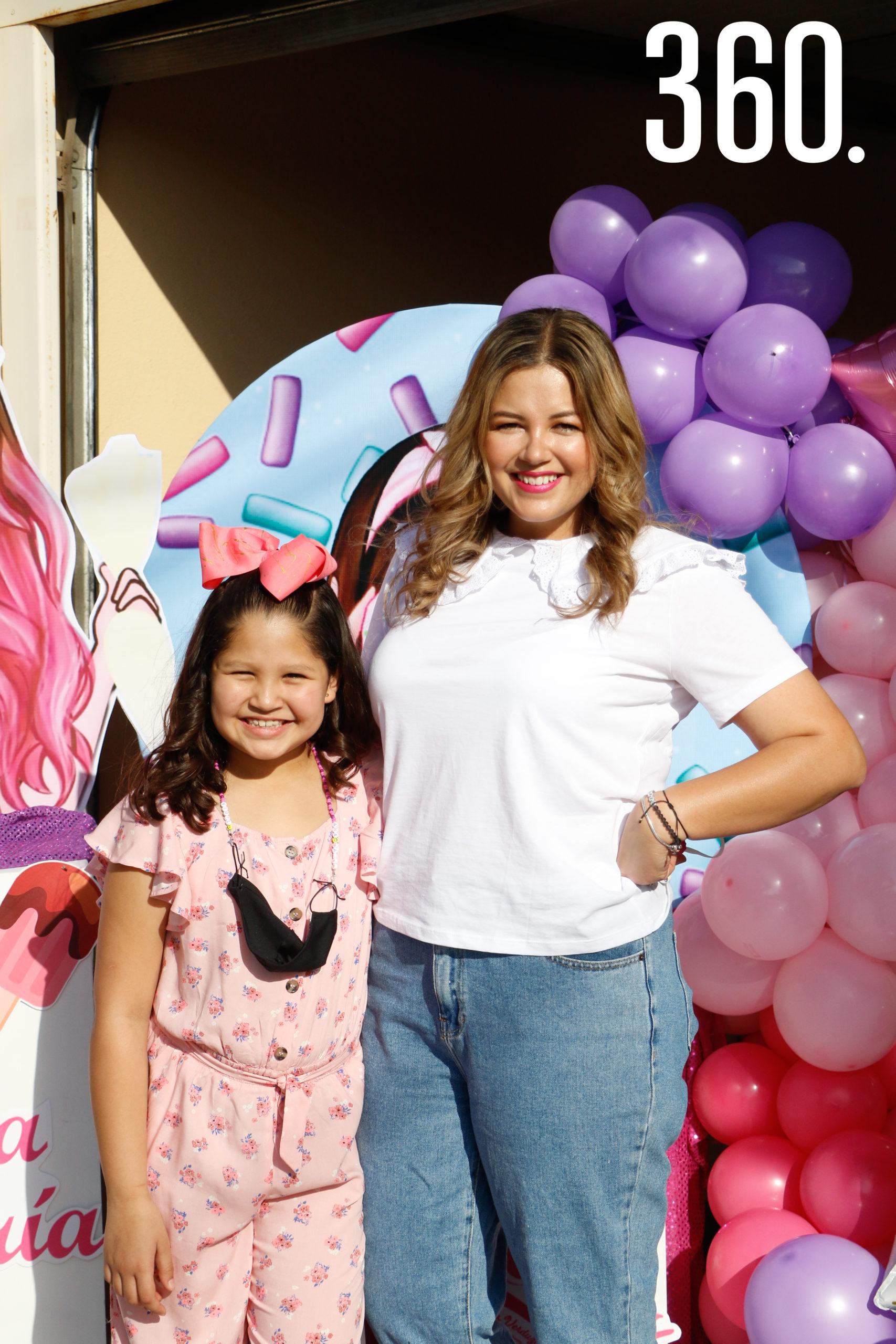 Ana María con su mamá, Mariana Cabello.