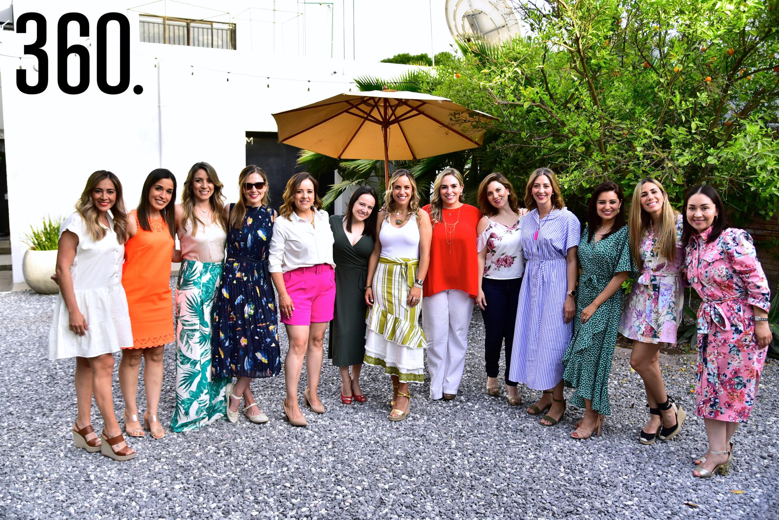 Paulina Galindo acompañada de sus amigas.