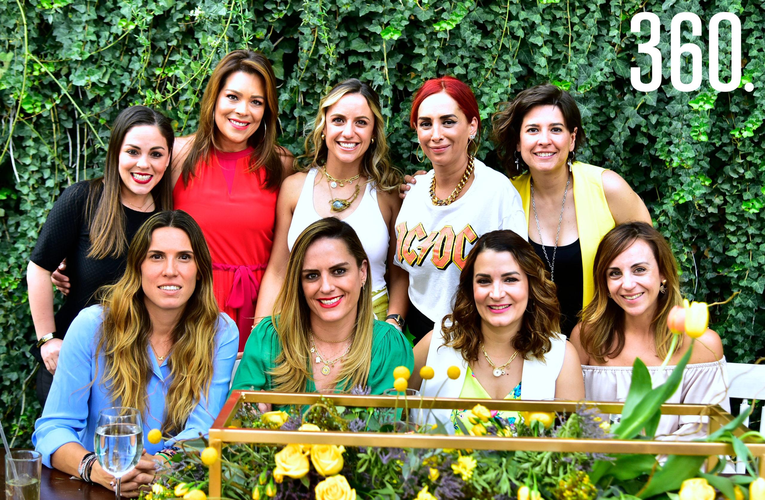 Paulina Galindo con amigas de su mamá Rosario Cepeda.