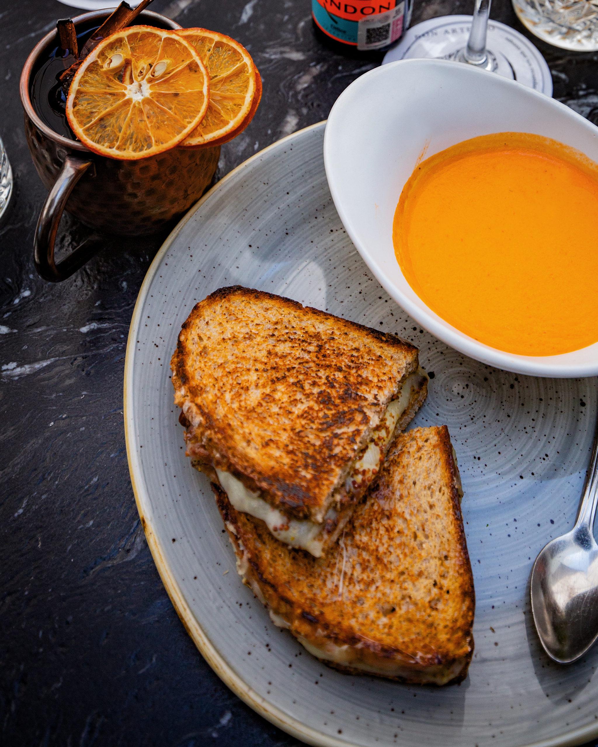 Grilled Cheese Sandwich con crema de tomate rostizado.