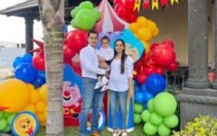 Sus papás Carlos Quijano y Karina Martínez con el festejado.